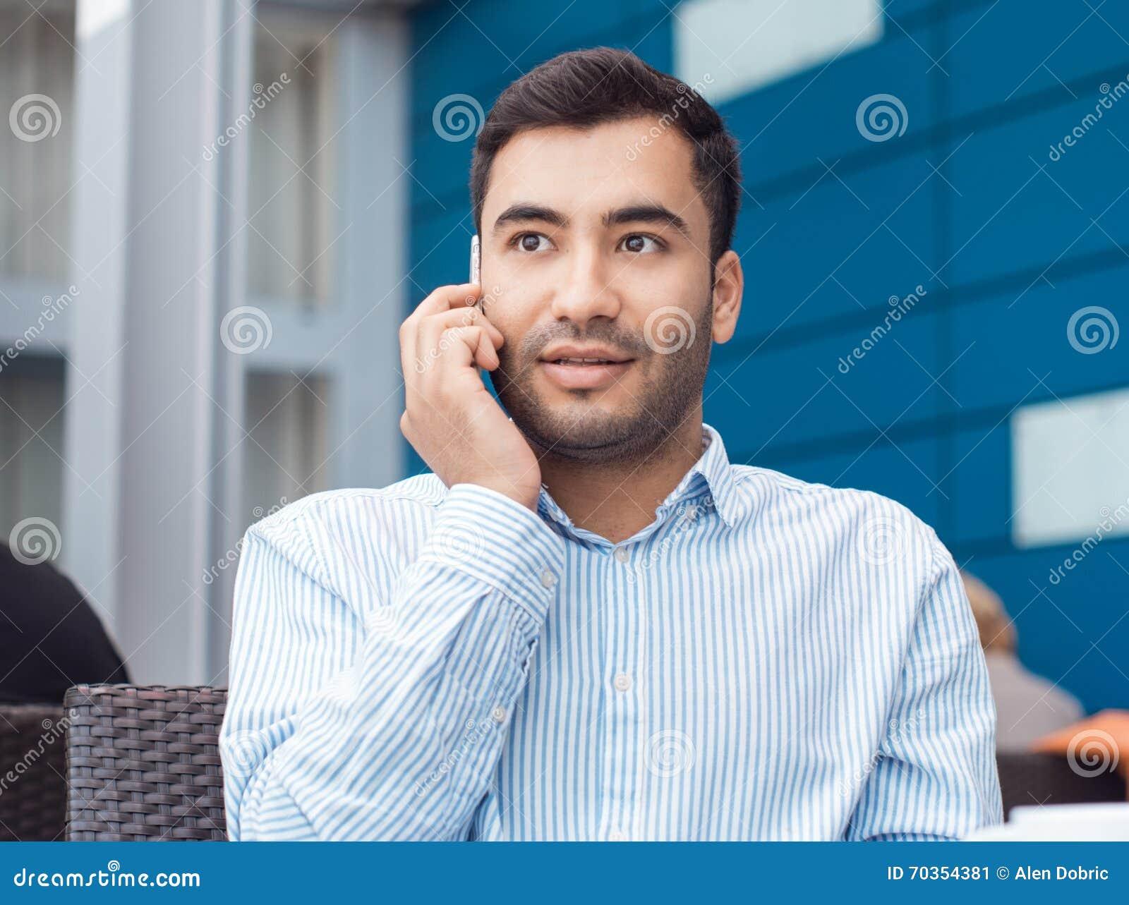 Jonge mens op mobiele telefoon