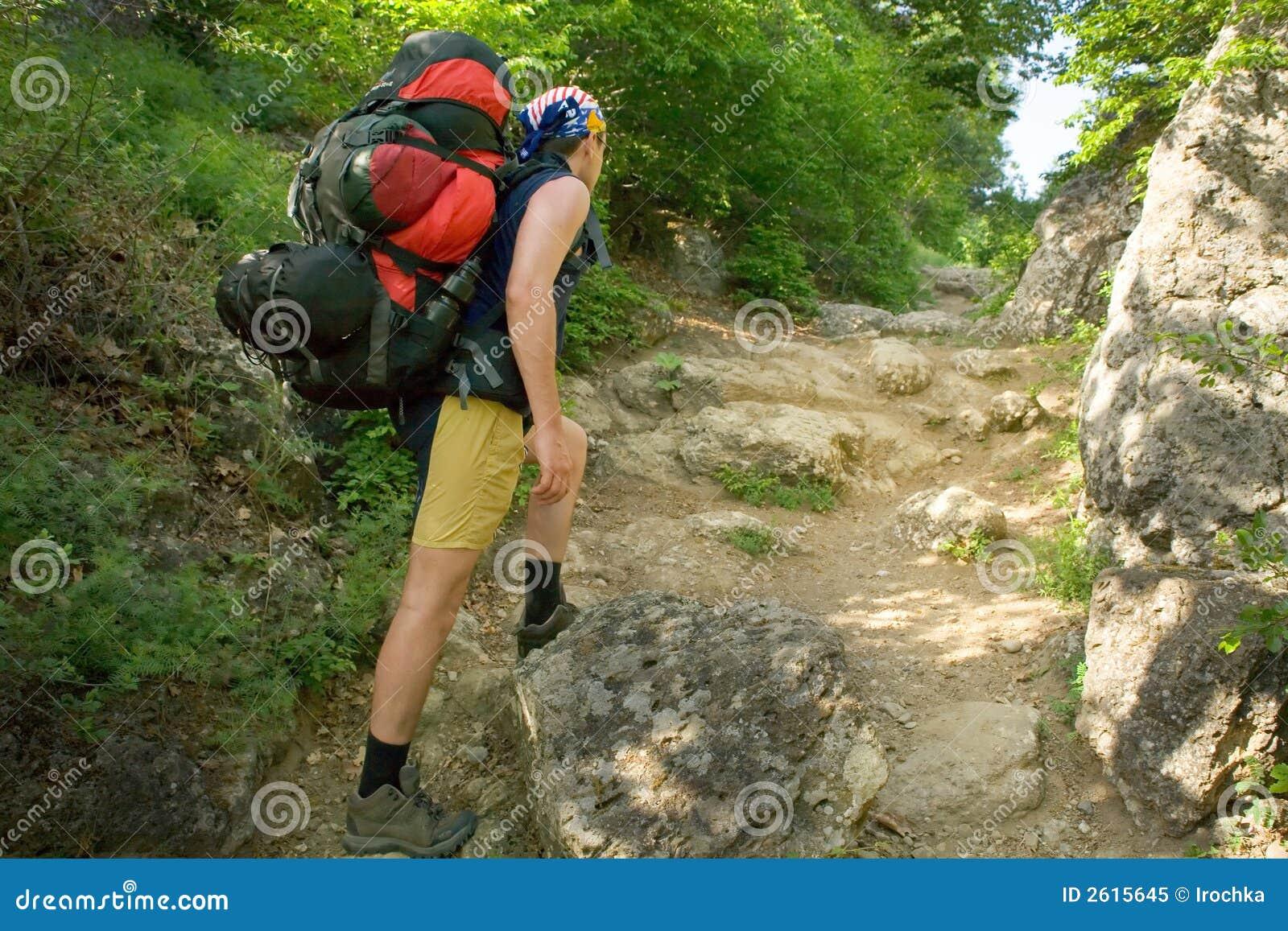 Jonge mens op wandelingsreis