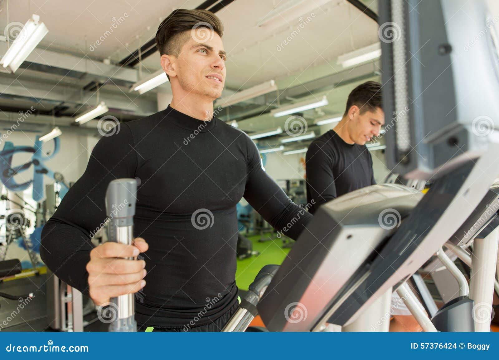 Jonge mens opleiding in de gymnastiek