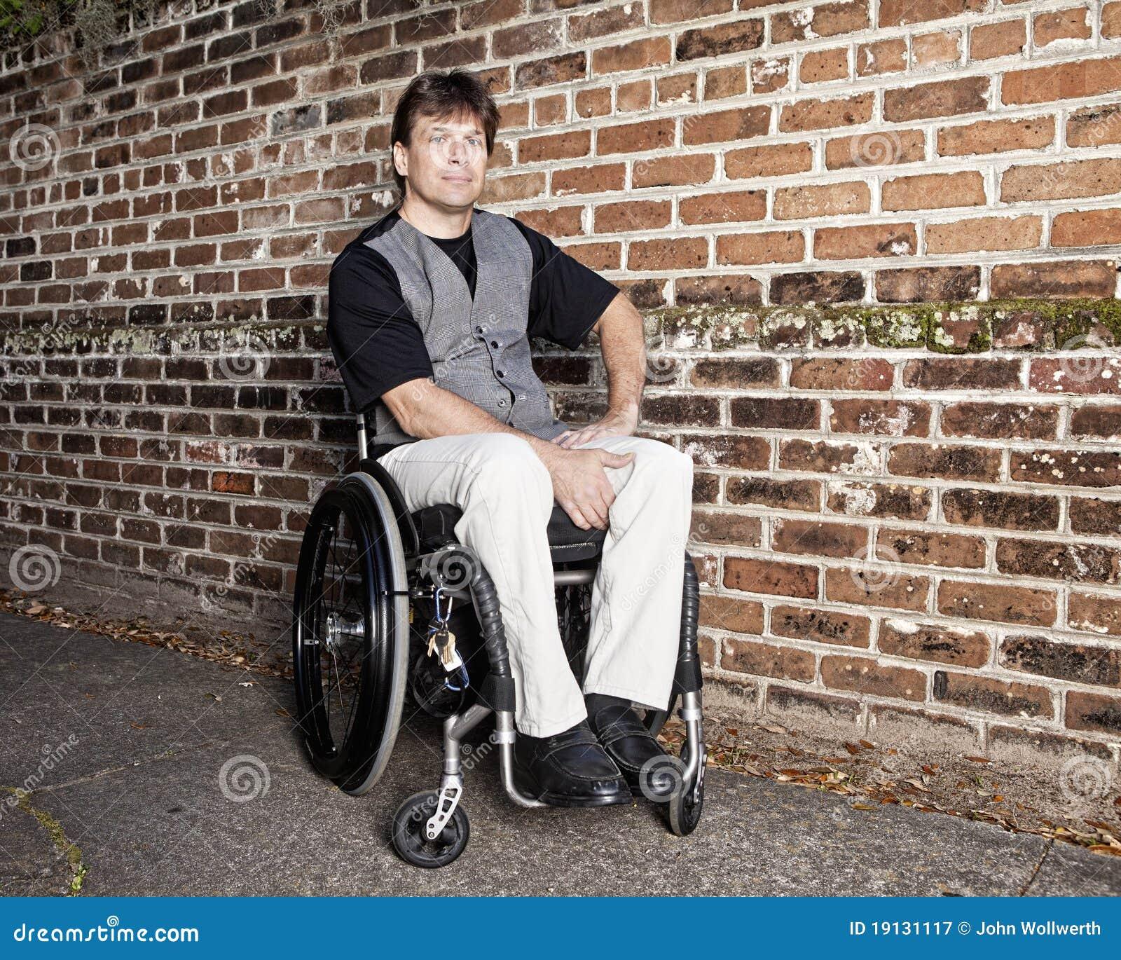 Jonge mens in rolstoel