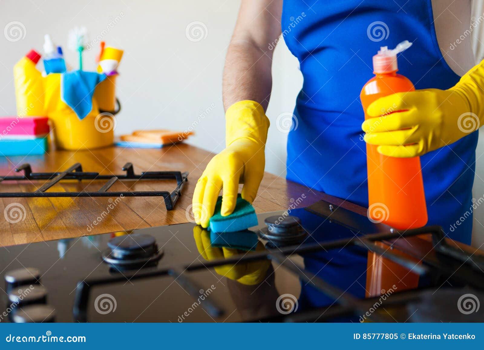 Jonge Mensen in rubber beschermend het schoonmaken en poetsmiddelkooktoestel zwart