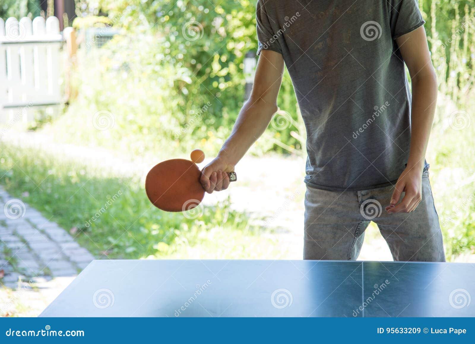 Jonge mensen speelpingpong buiten