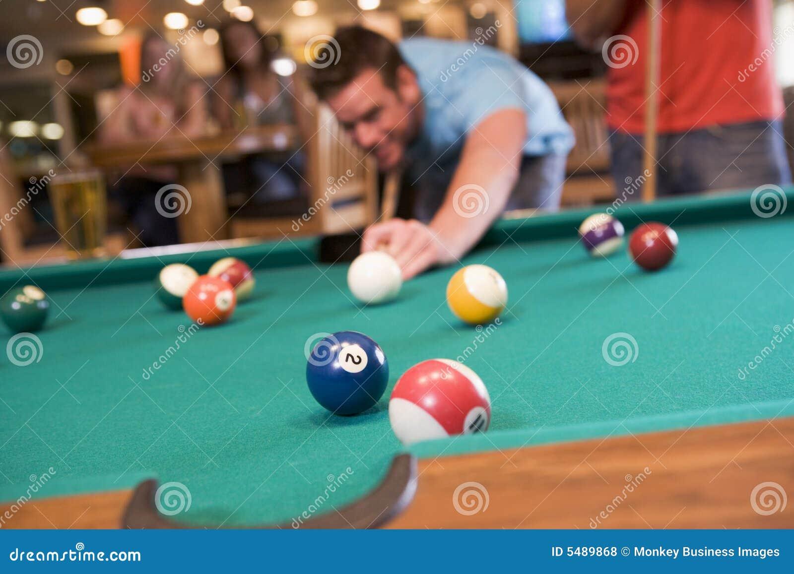 Jonge mensen speelpool in een staaf