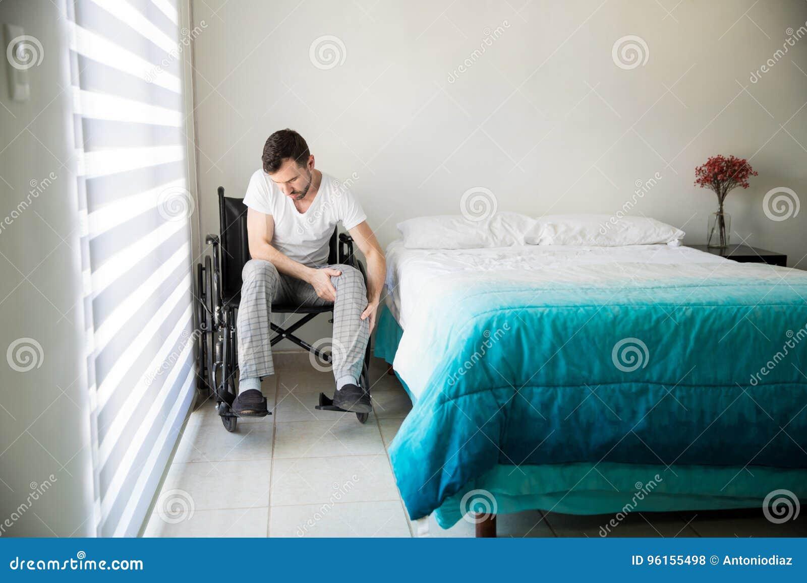 Jonge mensenzitting op zijn rolstoel