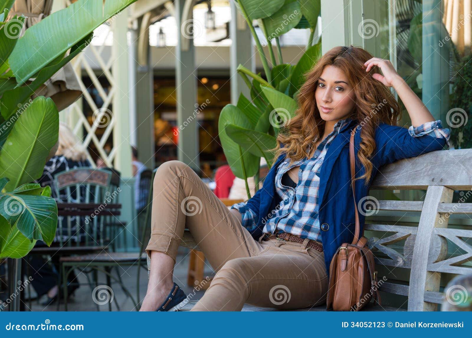Jonge modieuze vrouw