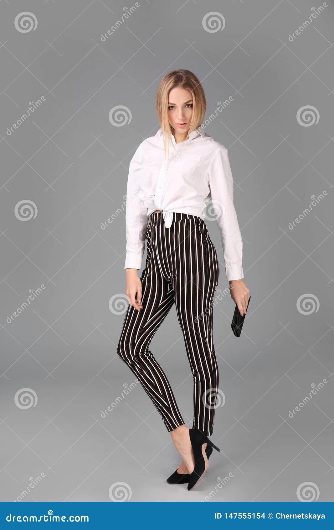 Jonge modieuze vrouw in in schoenen met zak