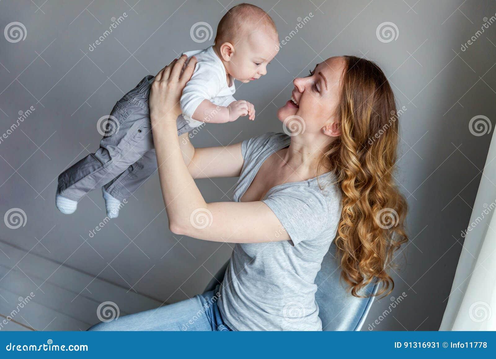 Jonge moeder die haar pasgeboren kind houden