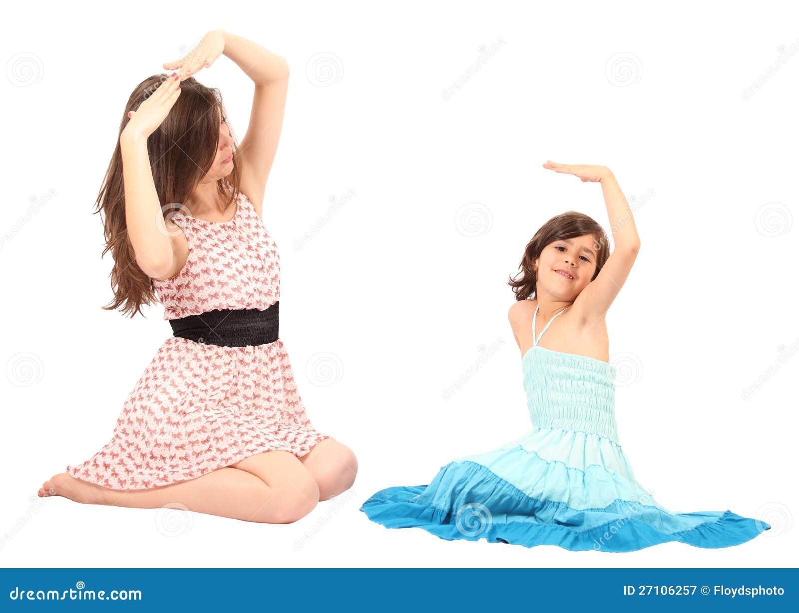 Jonge moeder die met haar weinig dochter speelt