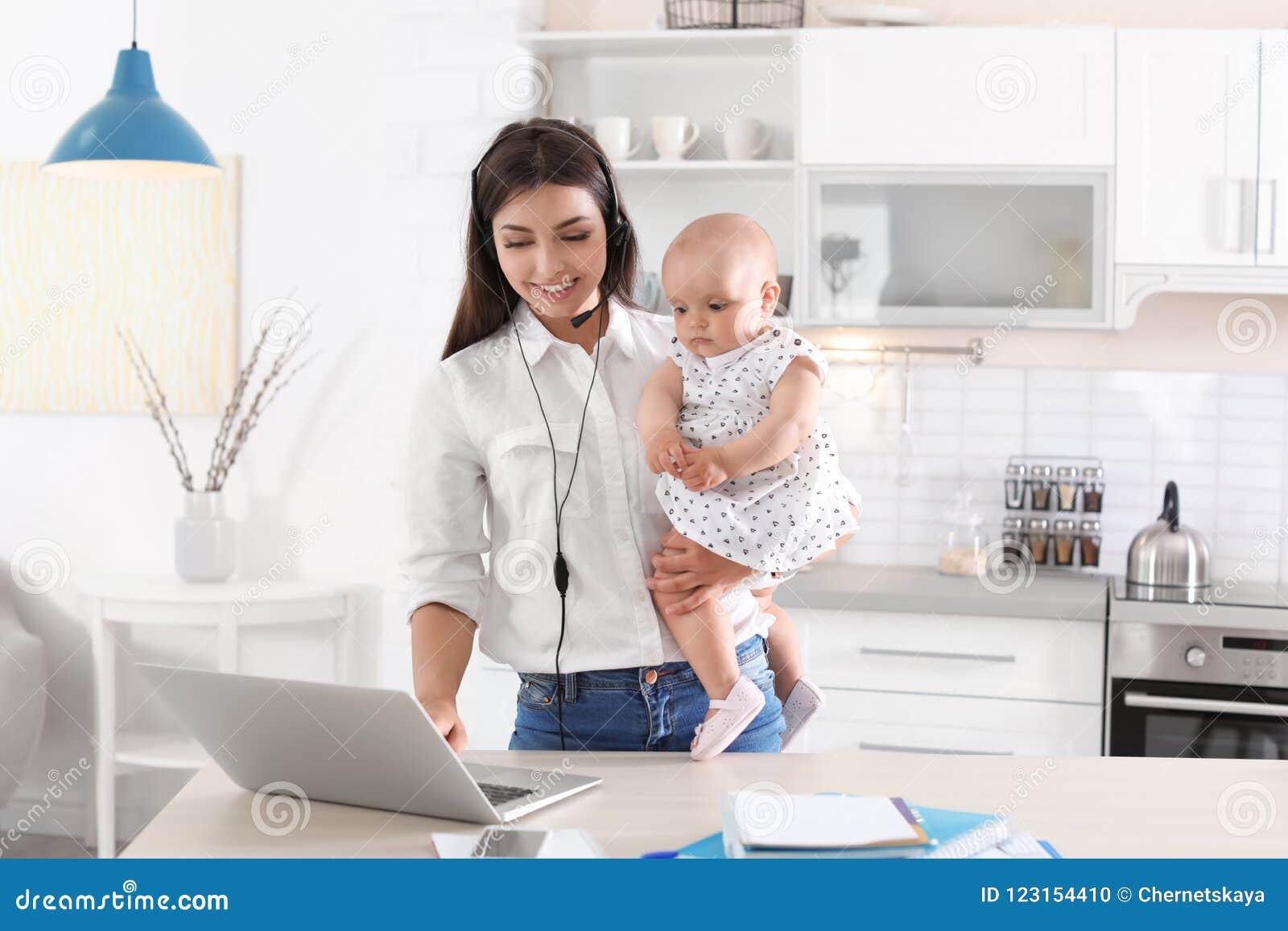 Jonge moeder met haar leuk babymeisje