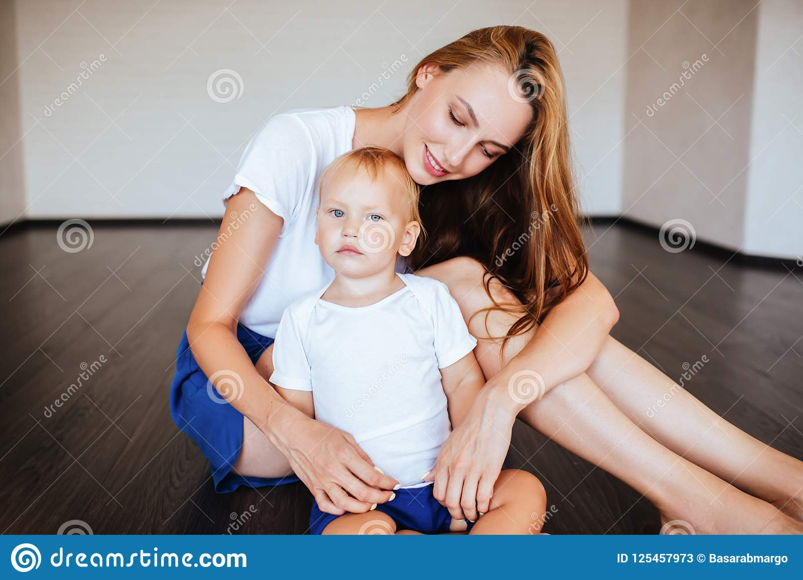 Jonge moeder met haar weinig zoon