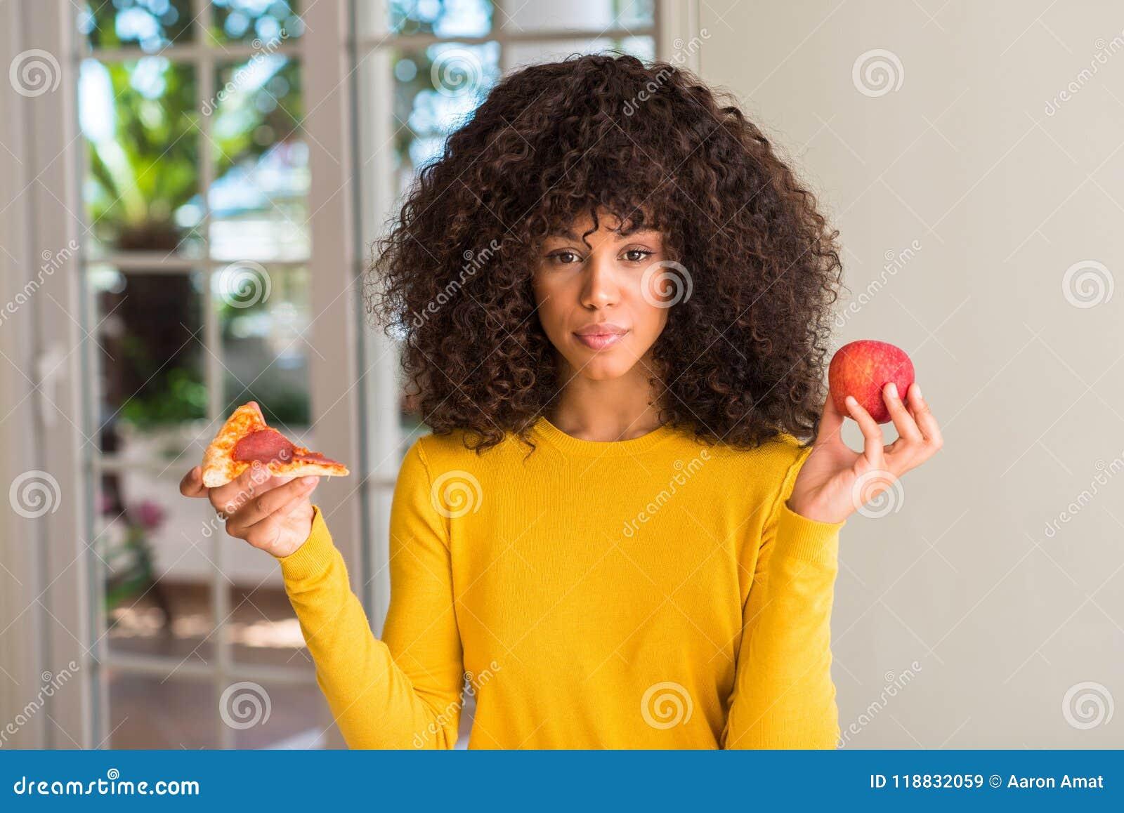 Jonge mooie Afrikaanse Amerikaanse vrouw thuis