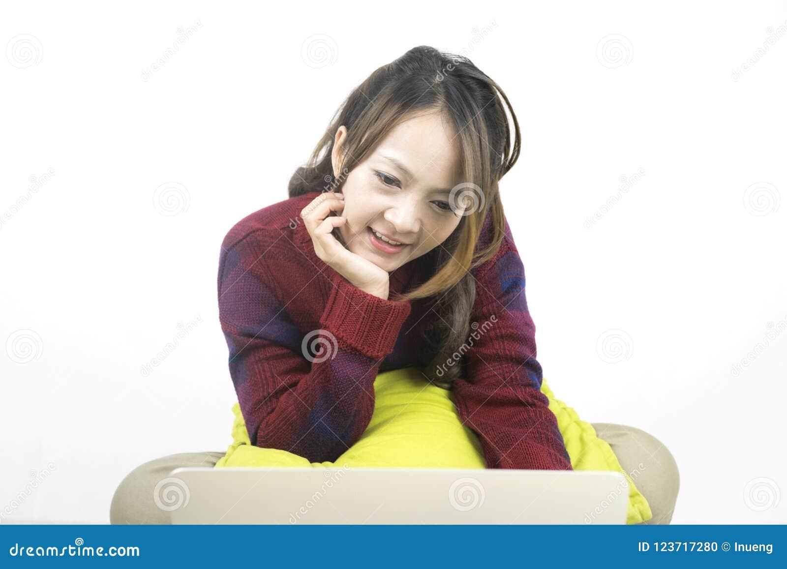 Jonge mooie Aziatische vrouw die laptop computer met behulp van