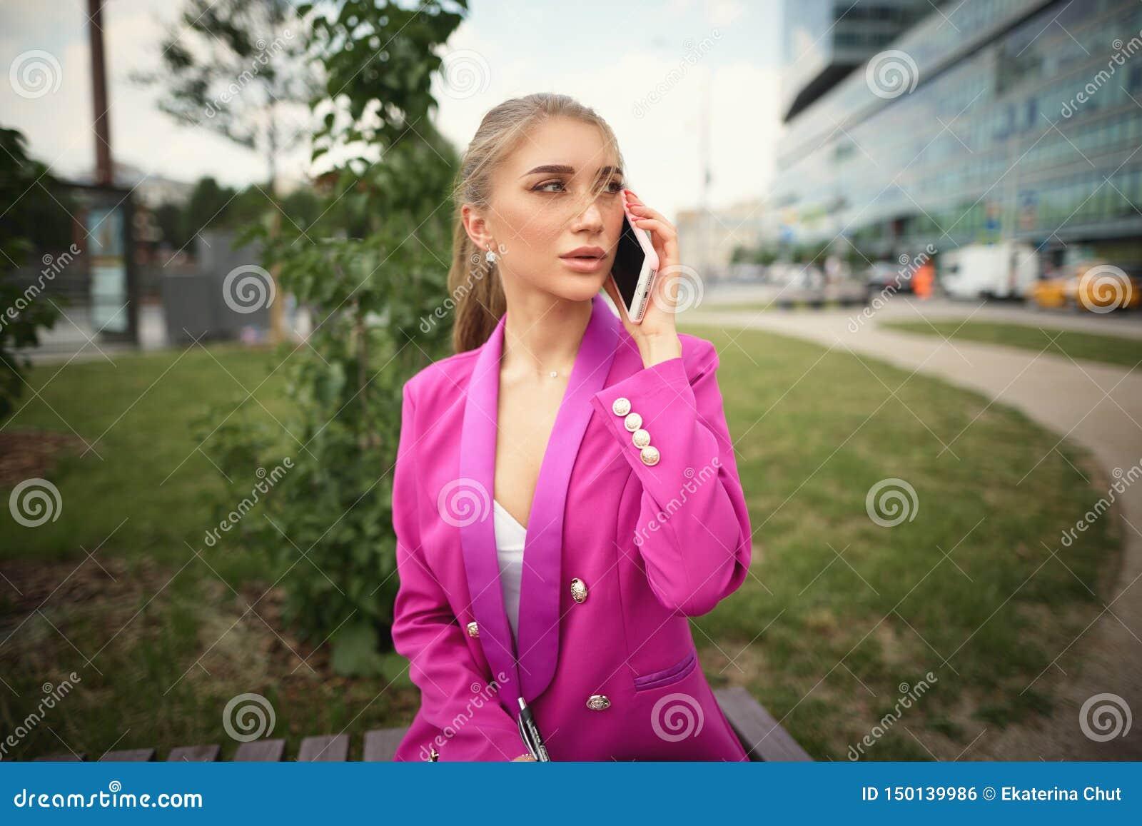 Jonge mooie bedrijfsvrouw die op de telefoon spreken Bedrijfs concept