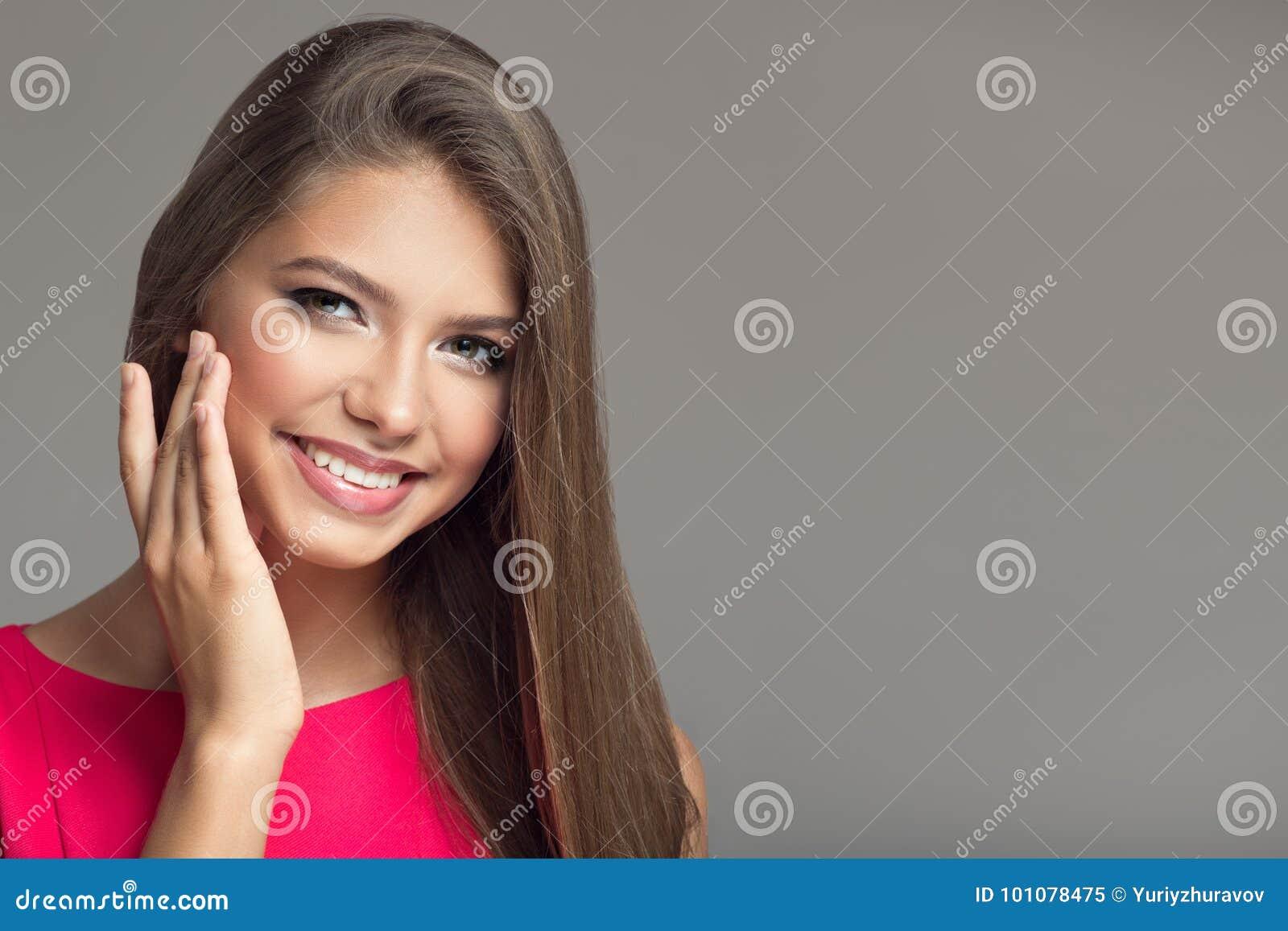 Jonge mooie glimlachende gelukkige vrouw Lang haar