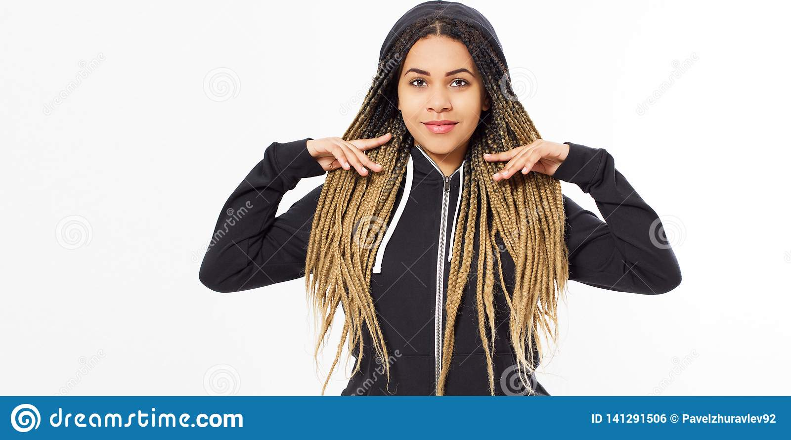 Jonge mooie vrouw - hipster in het zwarte sweatshirt stellen op witte achtergrond, exemplaarruimte