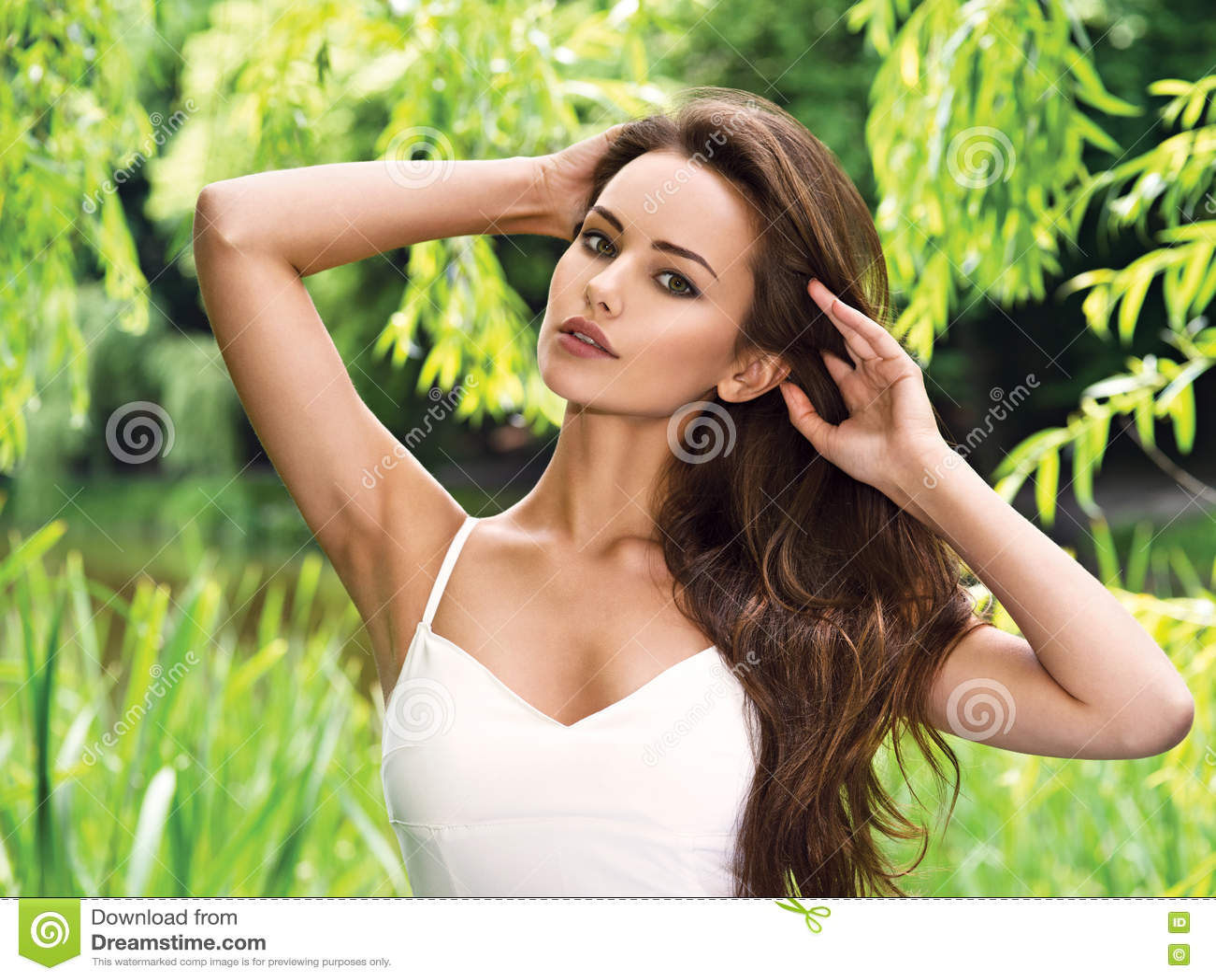 Jonge mooie vrouw met lange haren outdoors
