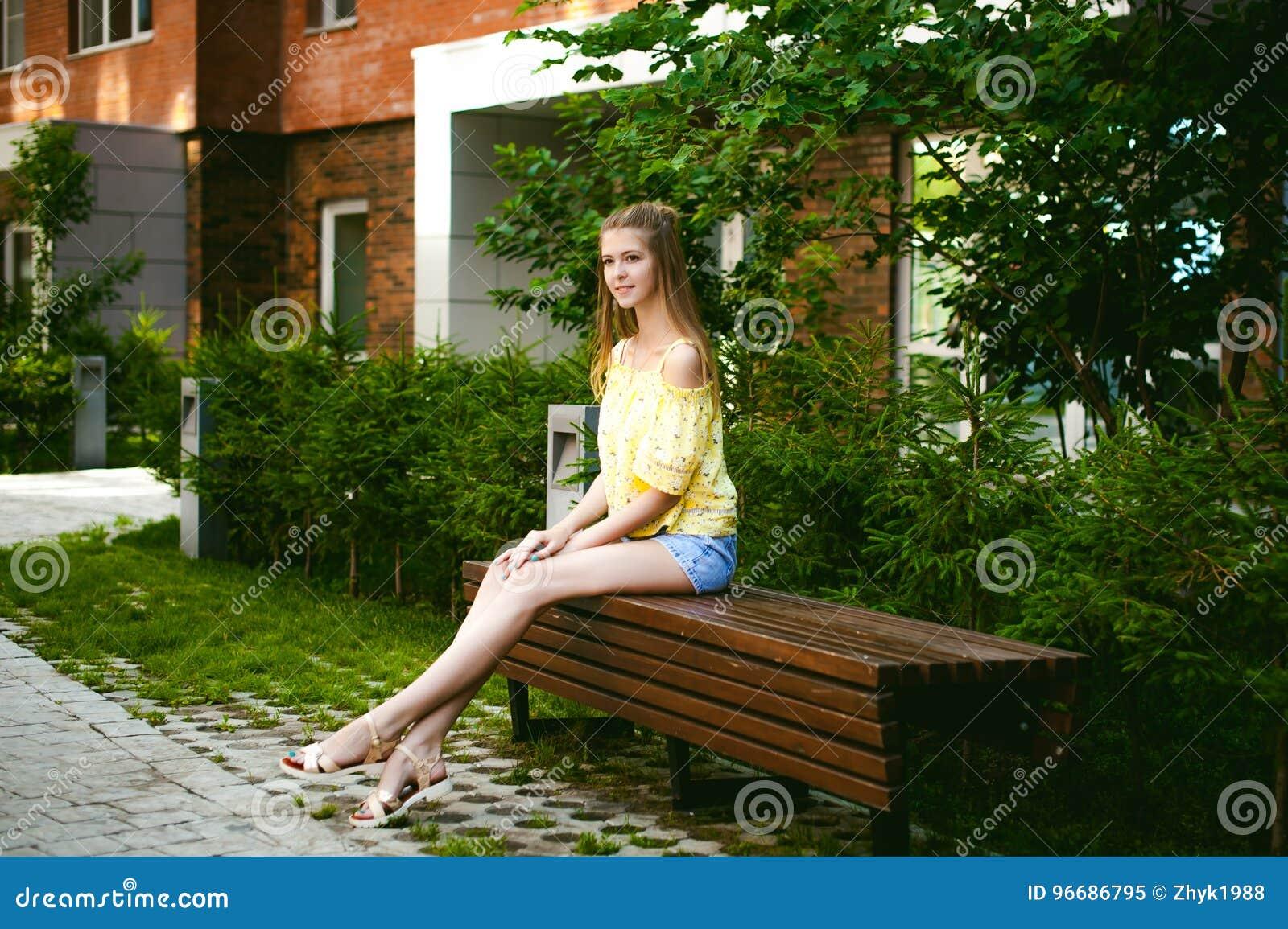 Jonge mooie vrouw, warme de zomer zonnige dag