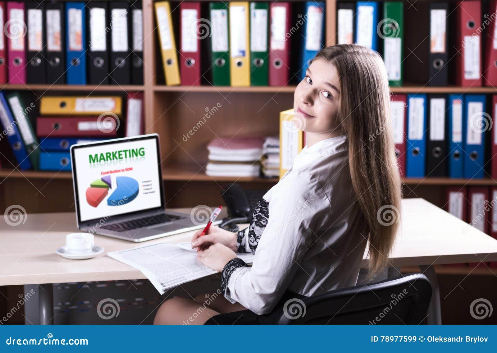 Jonge Mooie Zaken Dame Portrait die bij Bureau werken