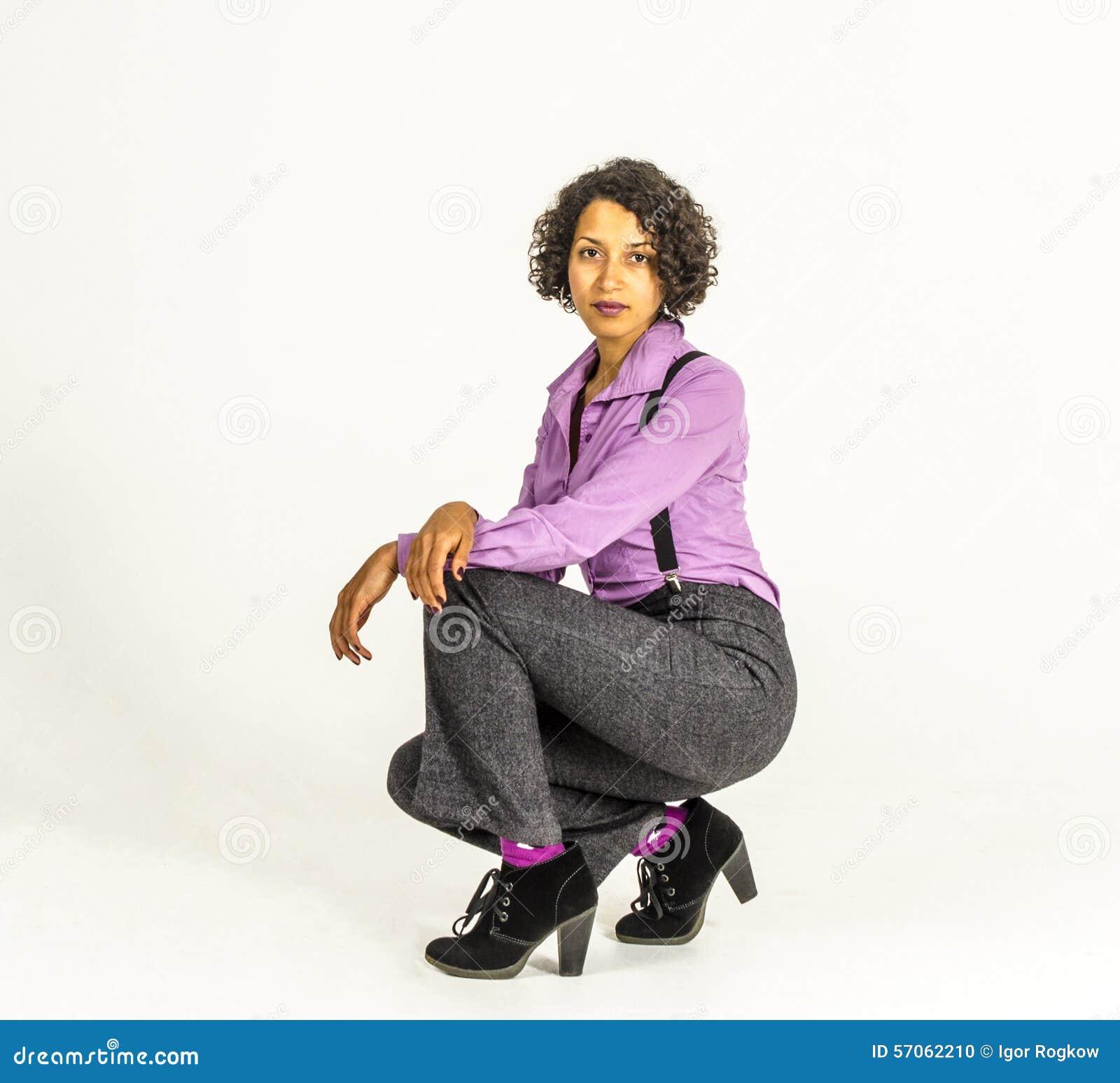 Jonge mulatvrouw in een pak