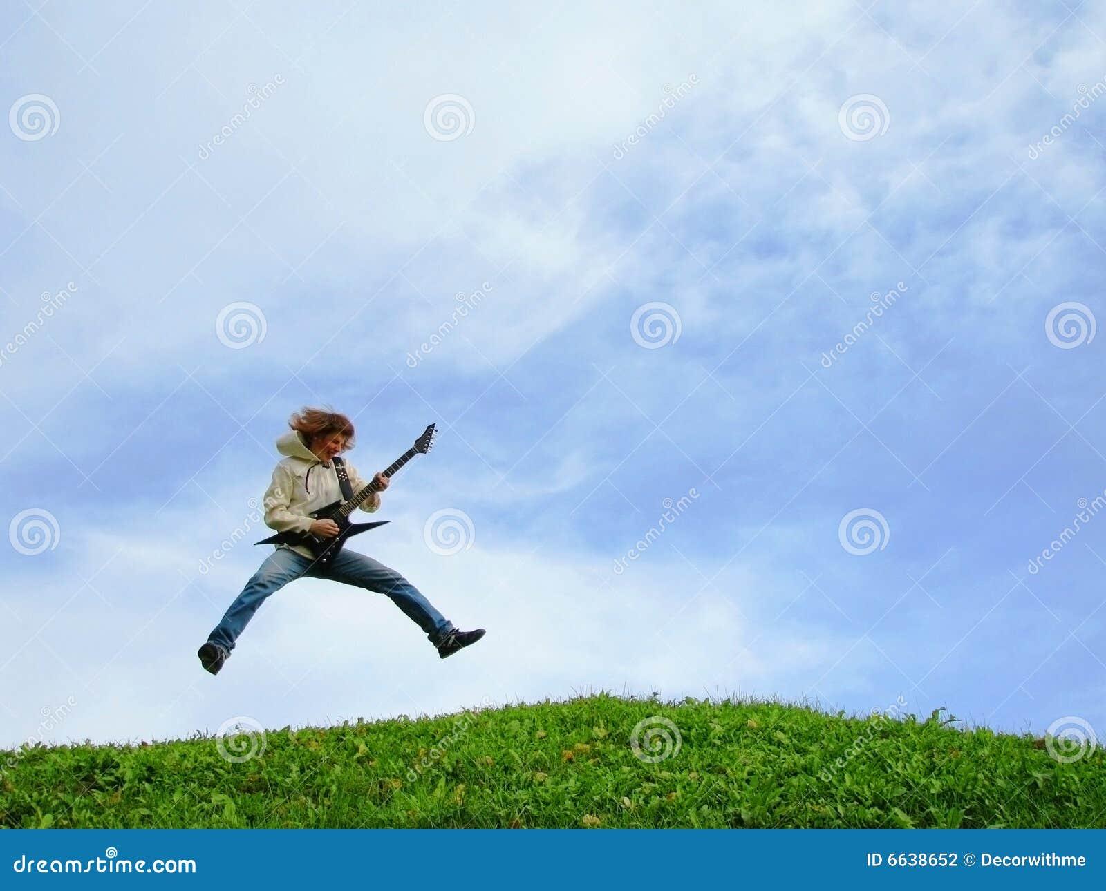 Jonge musicussprongen met gitaar