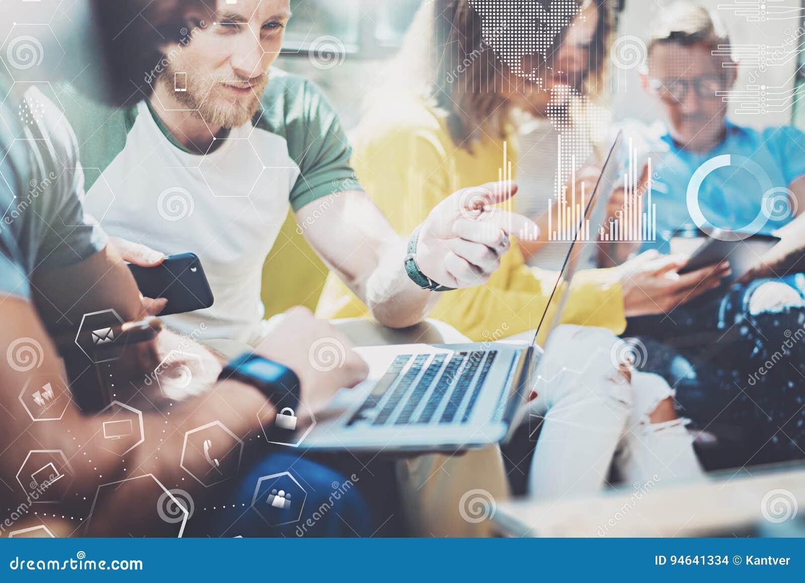 Jonge ondernemersmensen die op modern kantoor werken Concept digitaal diagram, grafiekinterfaces, het virtuele scherm