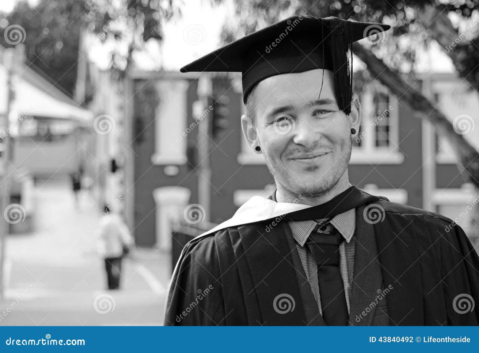 Jonge opgewekte zenuwachtige de graduatiedag van mensenuni in GLB