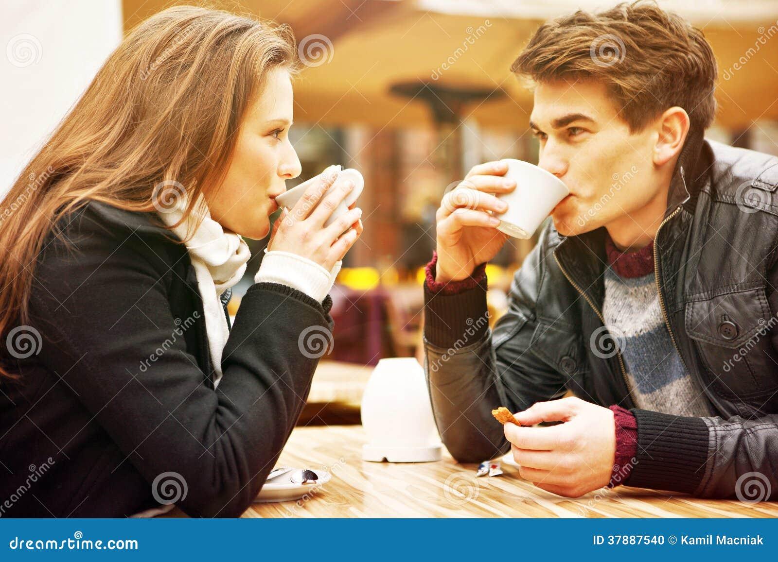 Jonge paar het drinken koffie