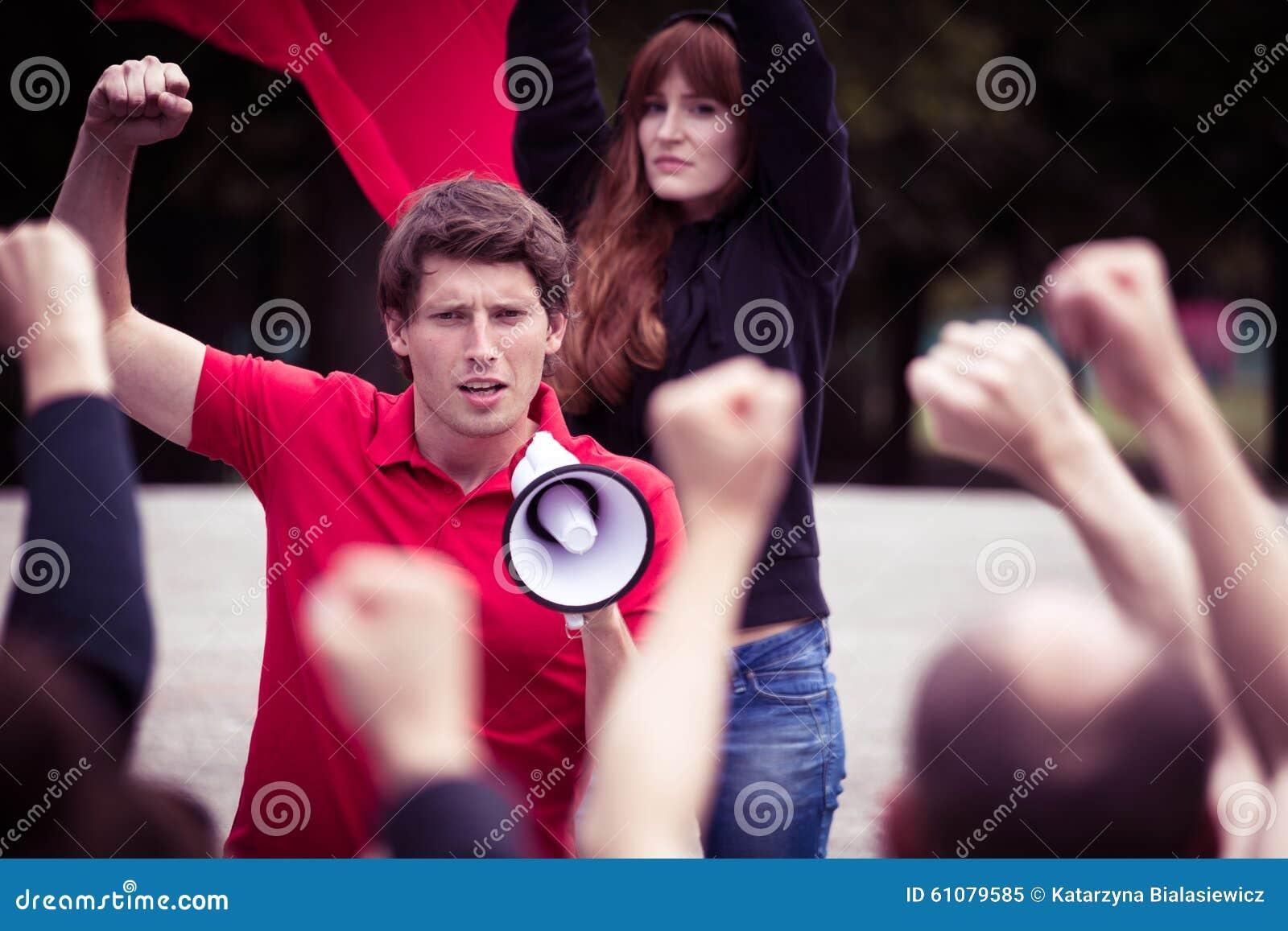 Jonge rebelse mens met megafoon