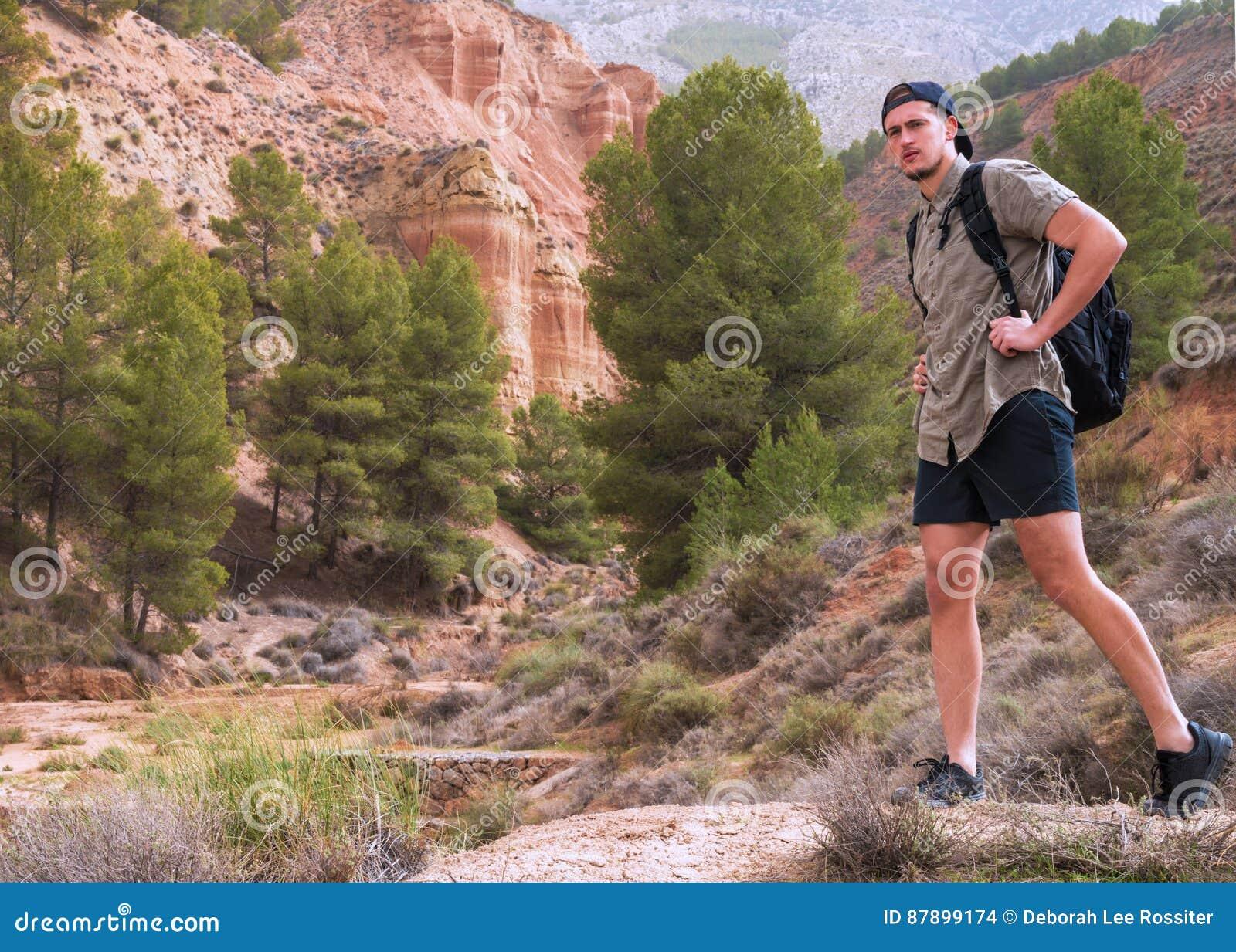 Jonge reiziger die het Spaanse platteland onderzoeken