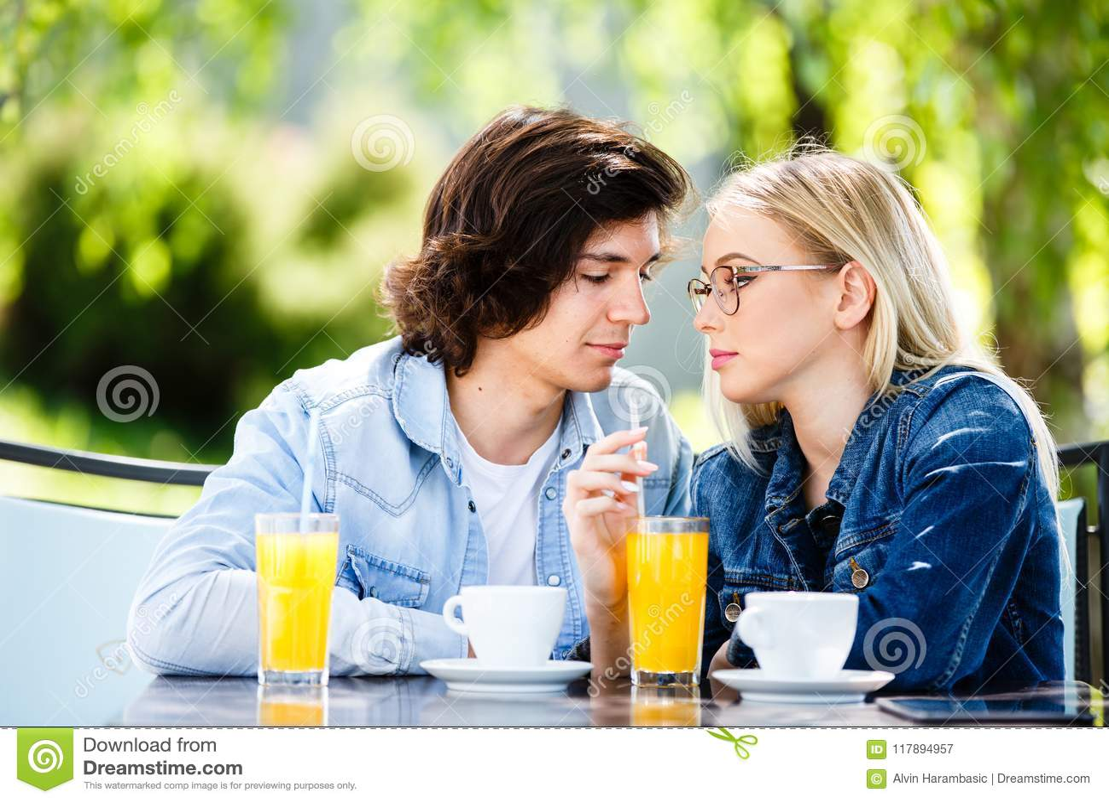 Jonge romantische paar het besteden tijd samen - zitting in koffie ` s