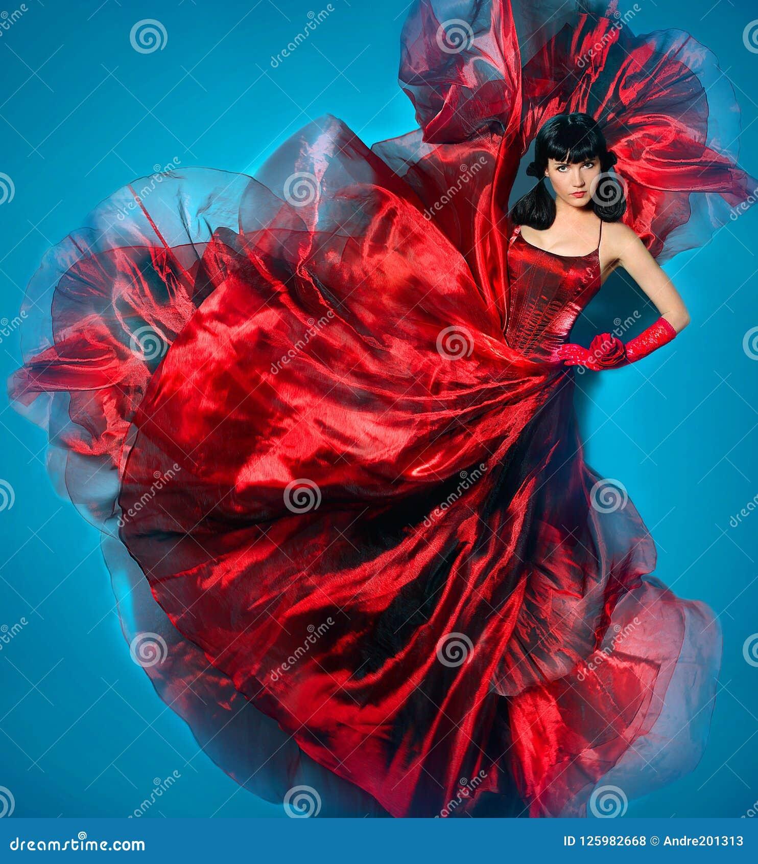 Jonge schoonheidsvrouw in rode golvende vliegende kleding Danser in zijdekleding