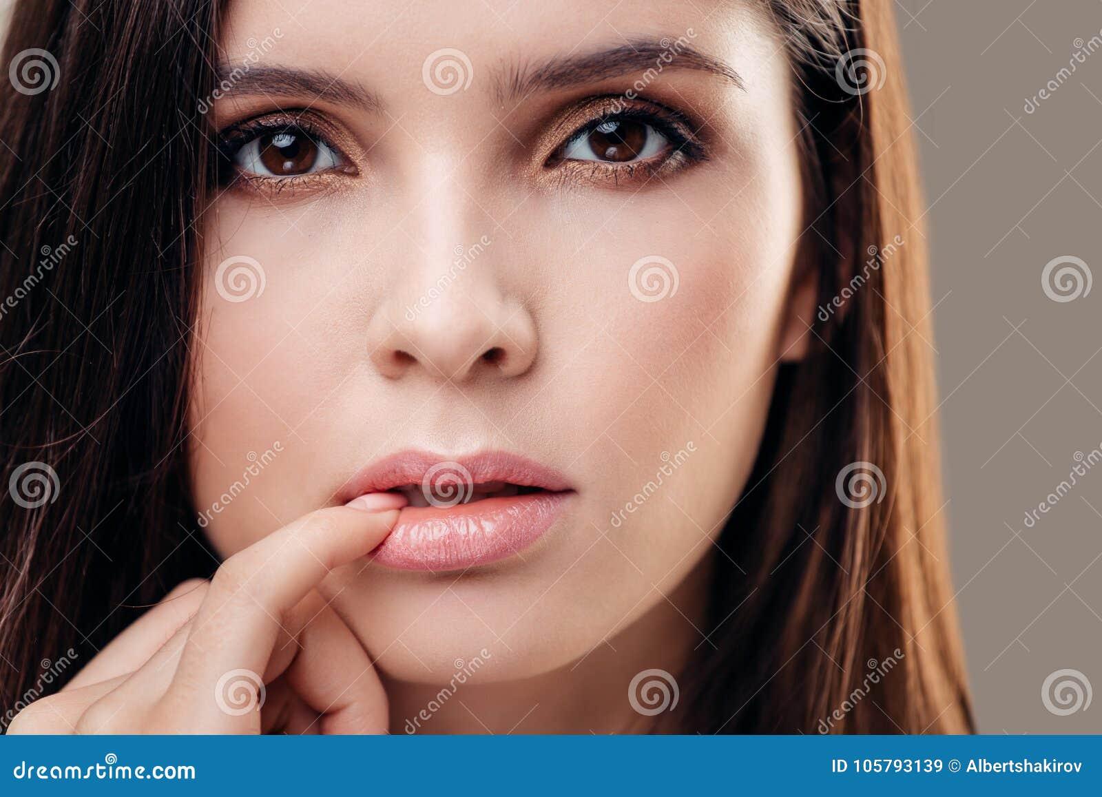 jonge vrouw seductively wat betreft vinger aan lippen