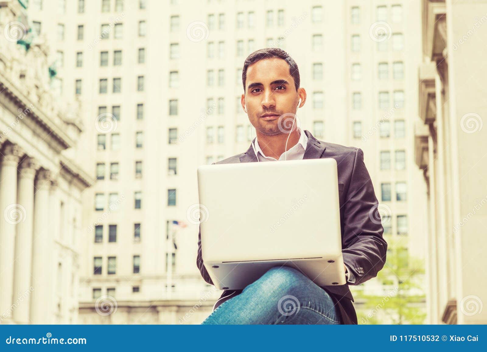 Jonge Spaanse Amerikaanse student die in New York bestuderen
