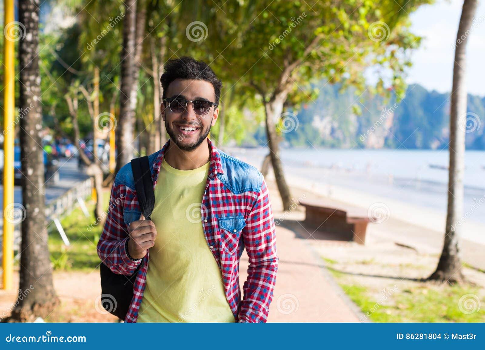 Jonge Spaanse Mens die Tropische Strandoverzees lopen Vakantie Guy Happy Smiling Summer Vacation