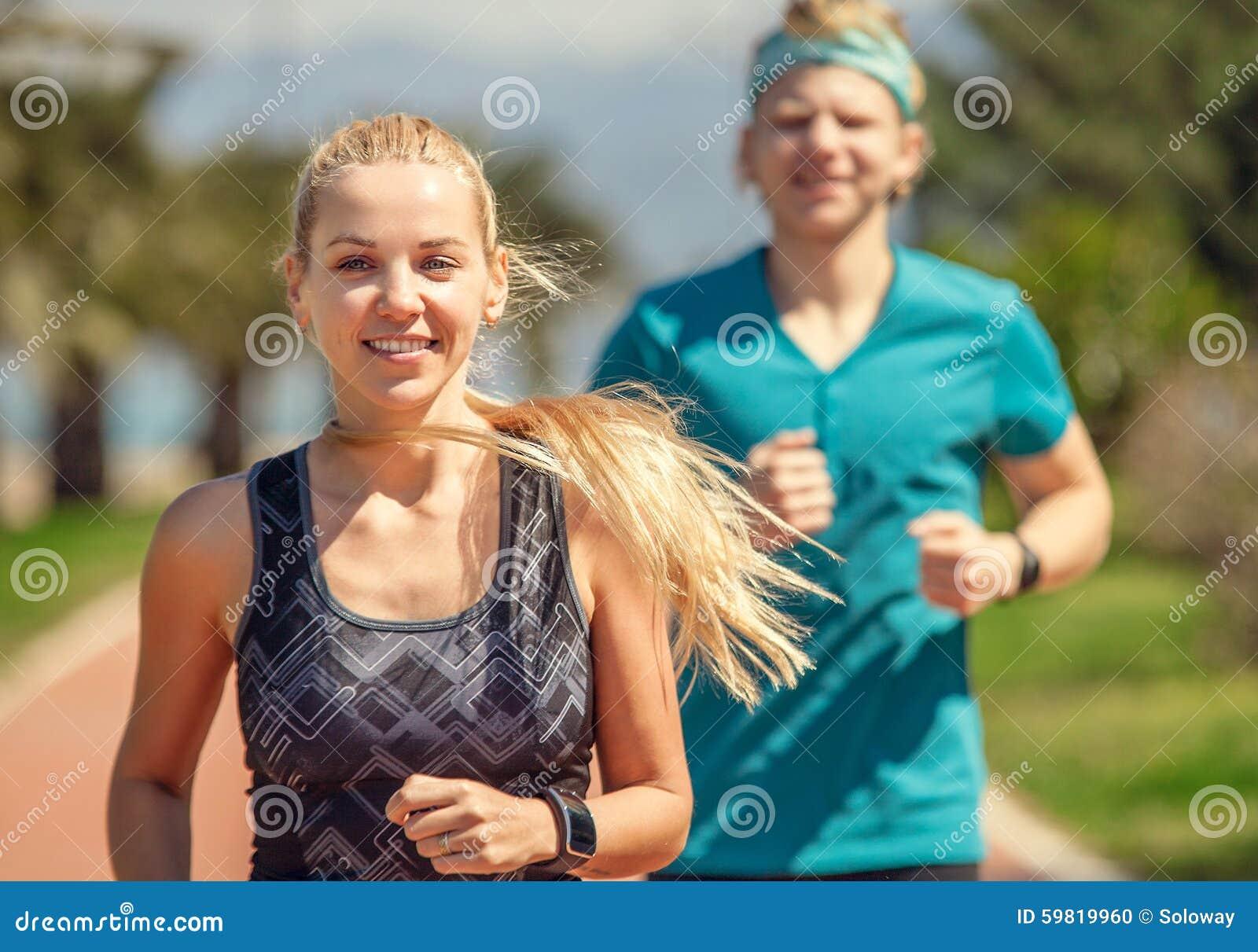 Jonge sportieve mensen op jogging