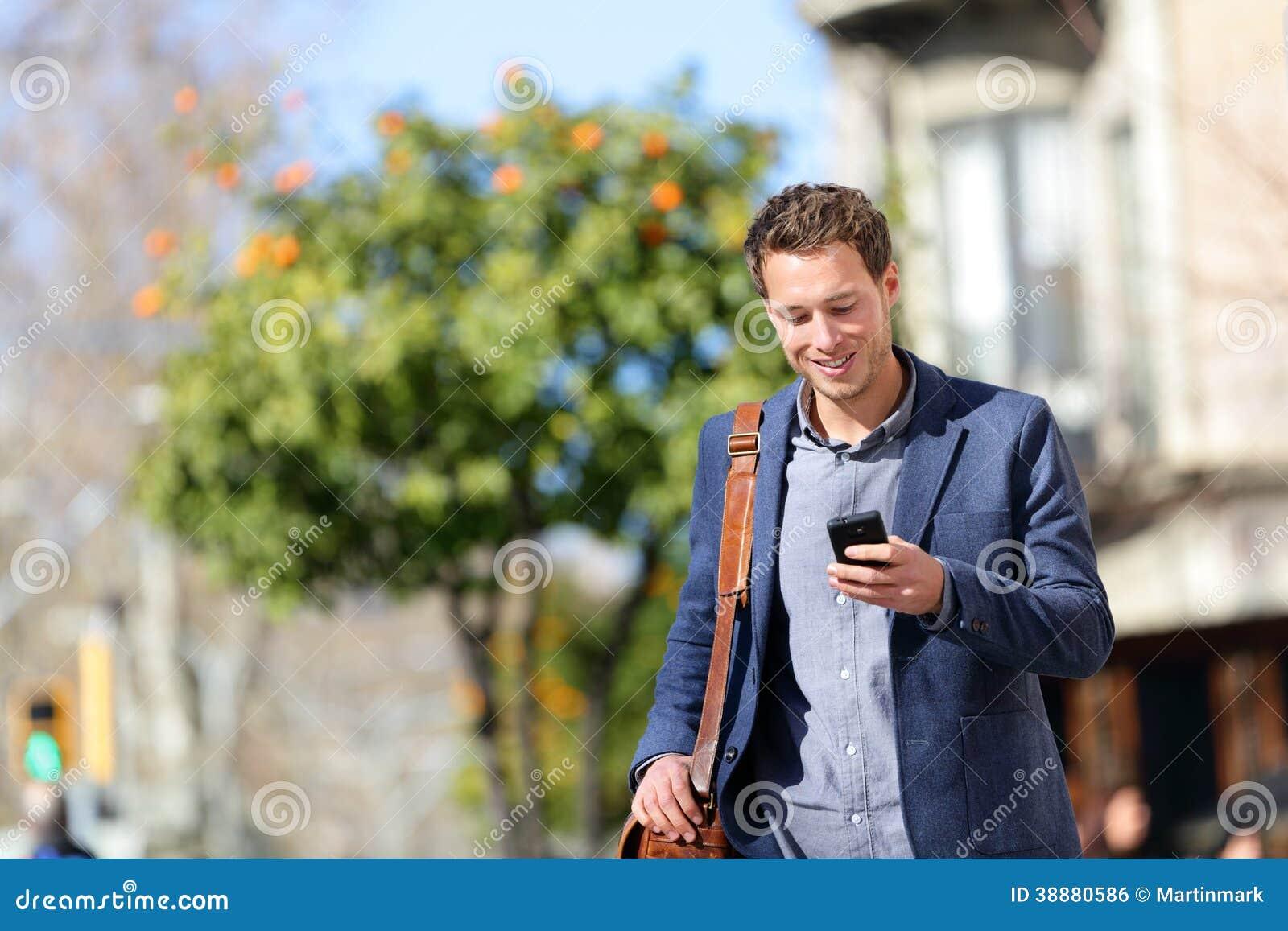 Jonge stedelijke professionele mens die slimme telefoon met behulp van