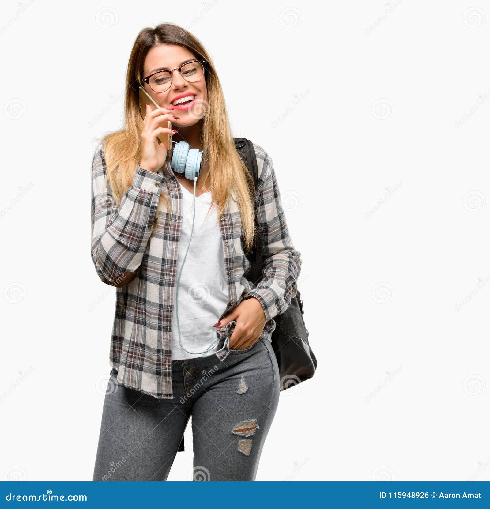 Jonge studentenvrouw met hoofdtelefoons en rugzak