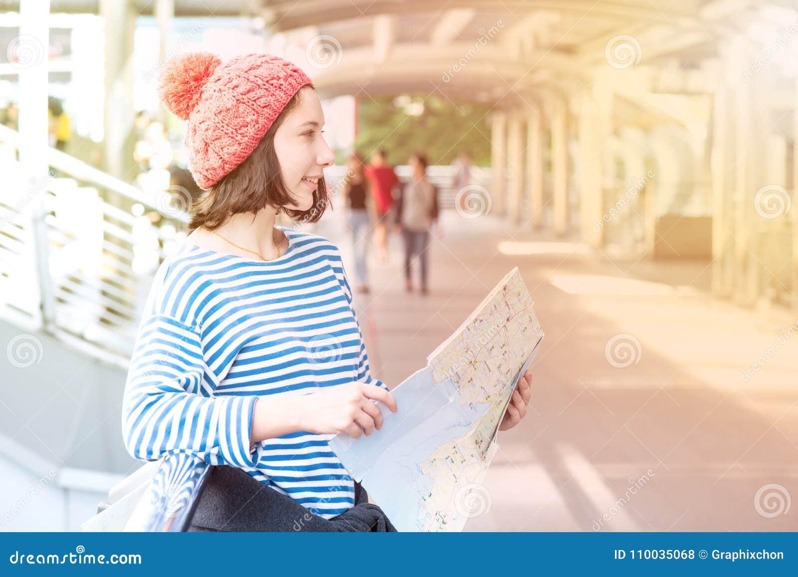 Jonge Toeristenreis en het winkelen in de stad