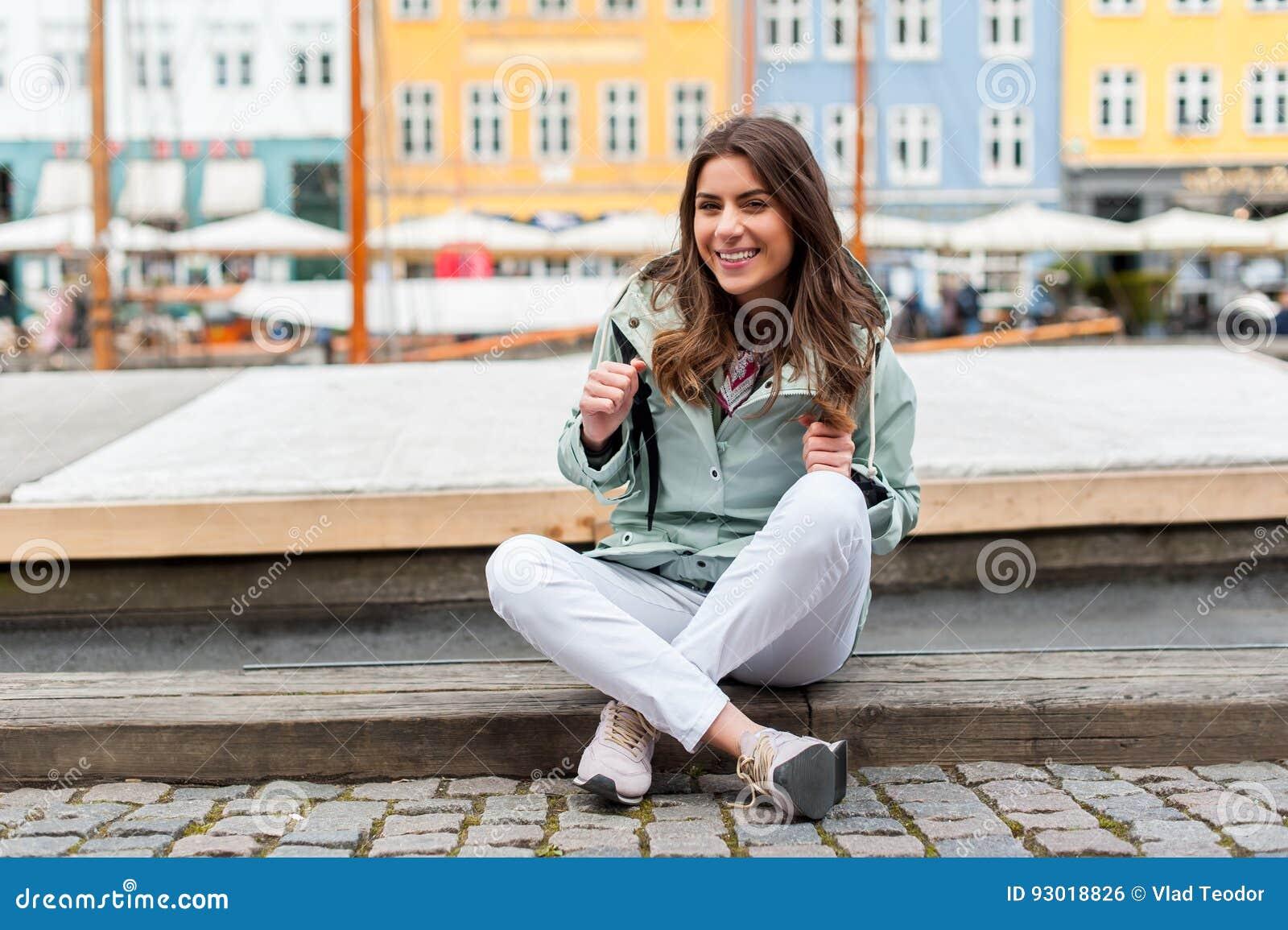 Jonge toeristenvrouw die Scandinavië bezoeken
