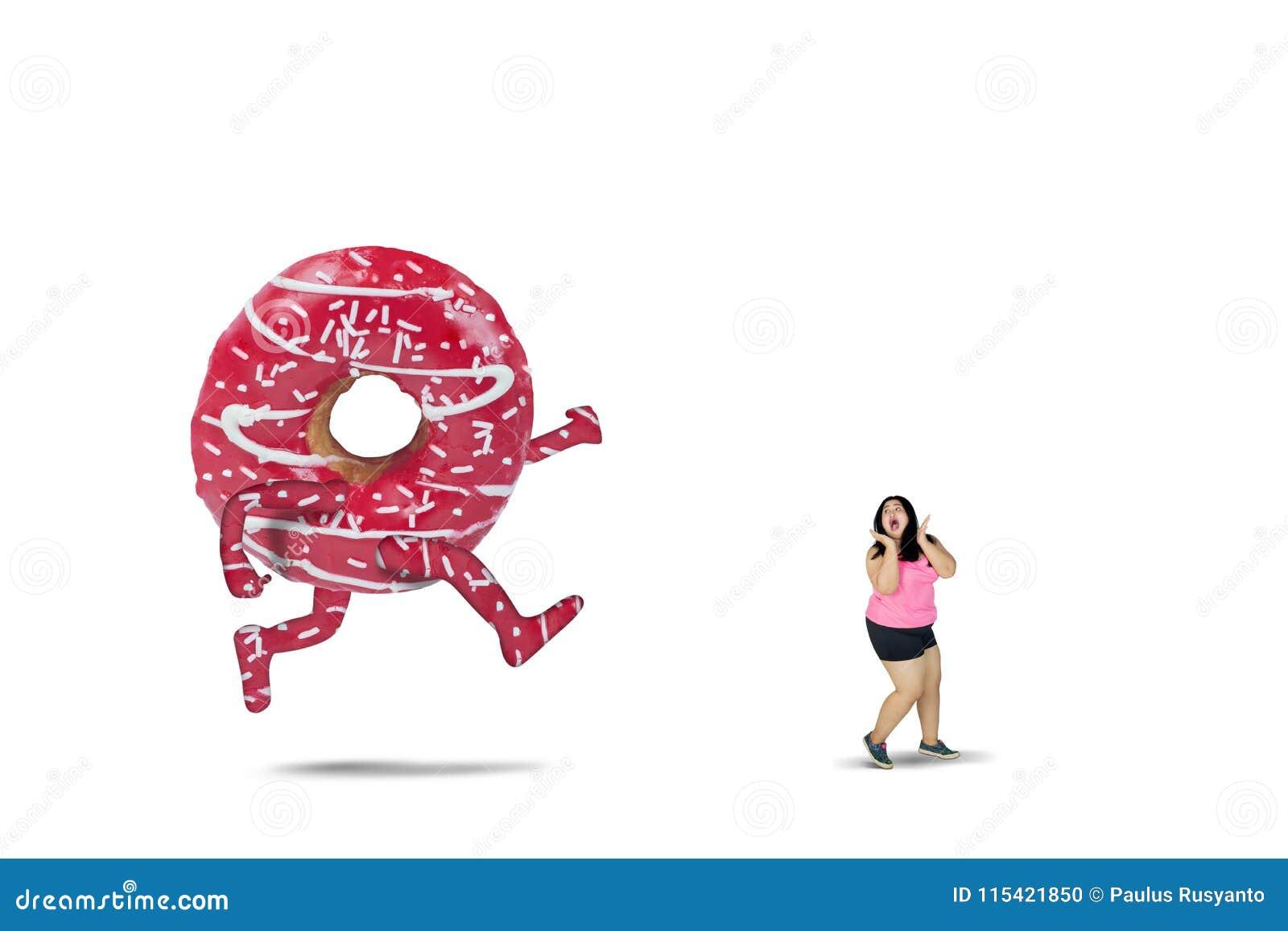 Jonge vette die vrouw door een grote pizza wordt achtervolgd