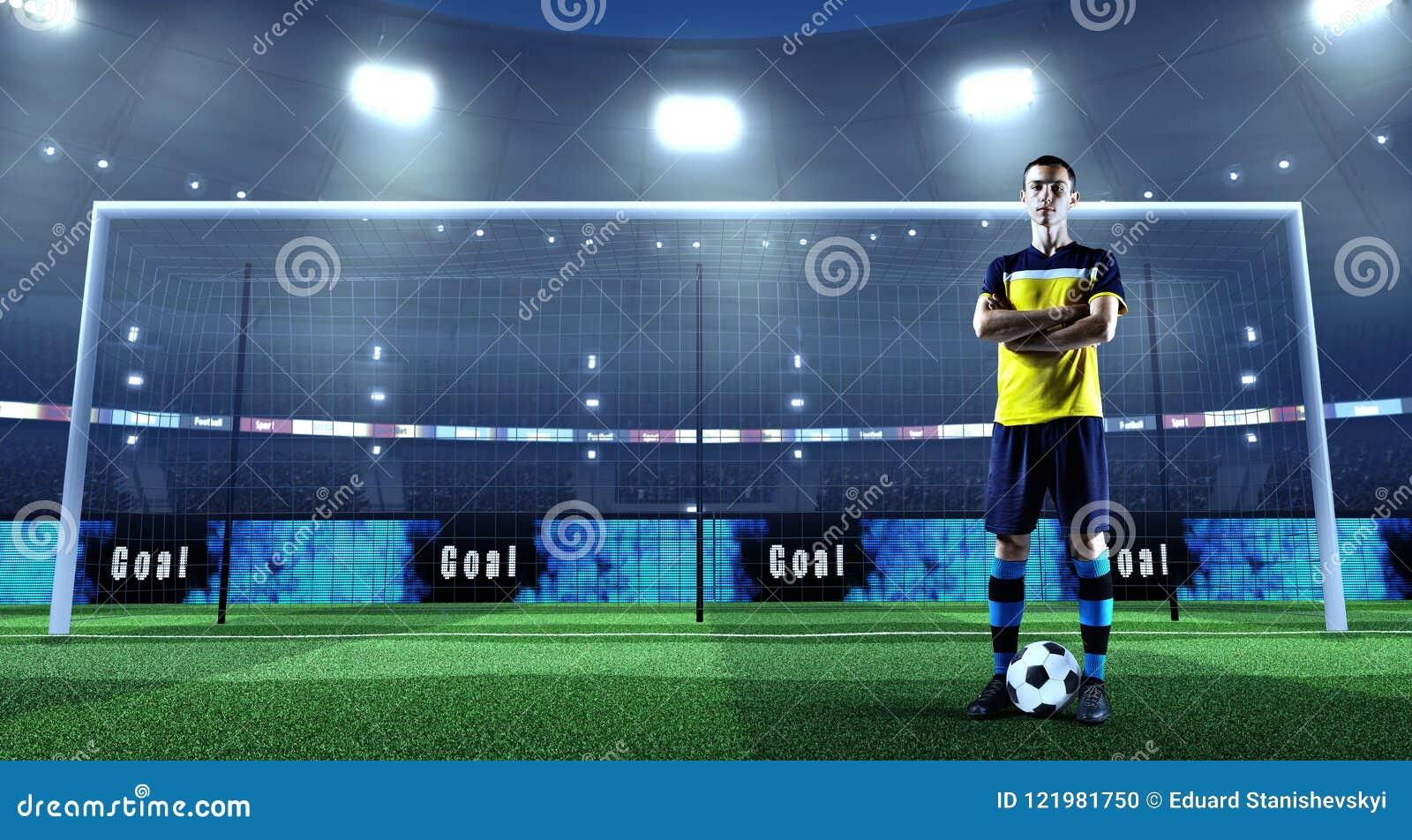 Jonge voetballer met bal voor het doel op een professi