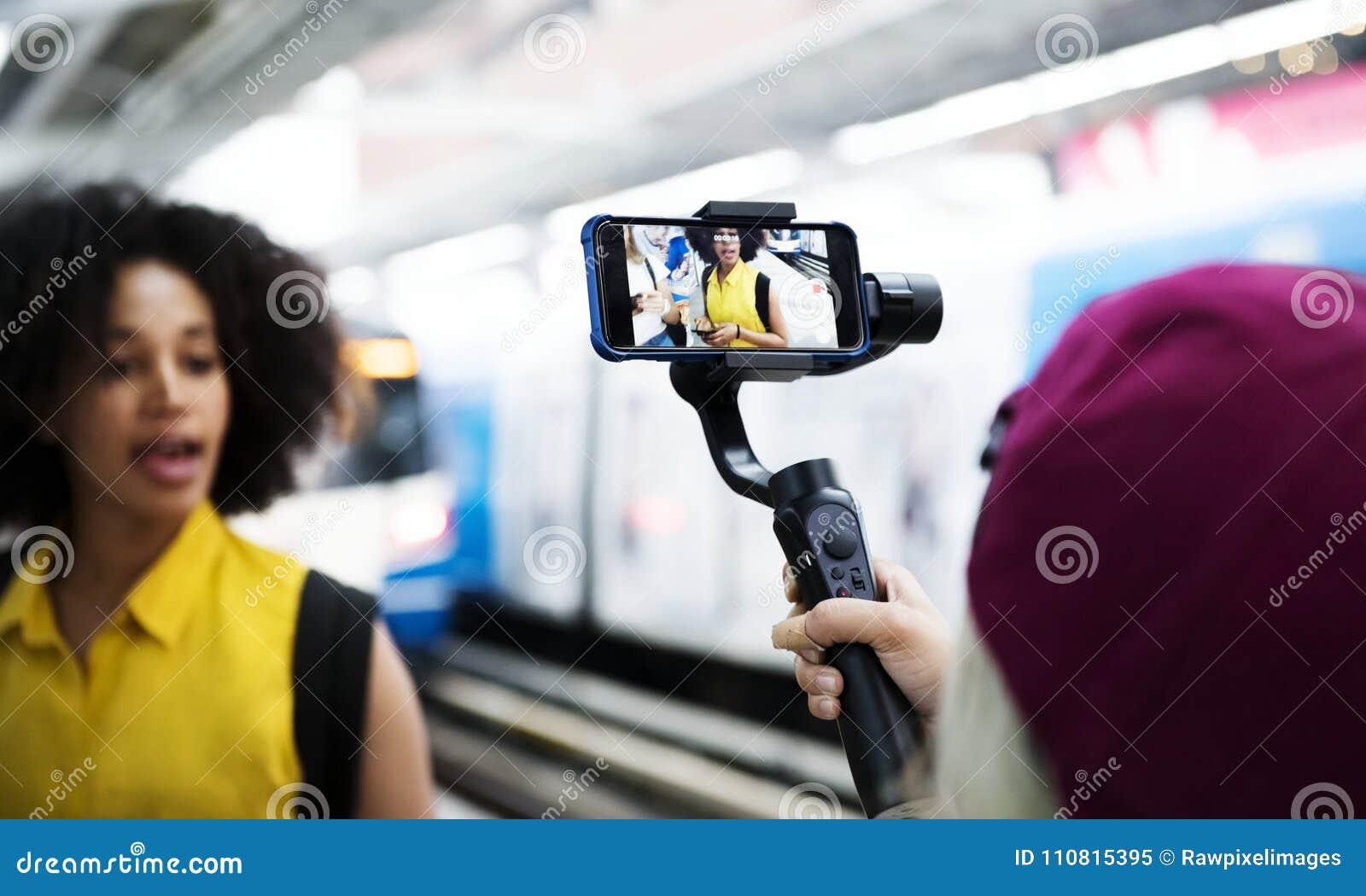Jonge volwassen vrouw die en sociaal media concept reizen blogging