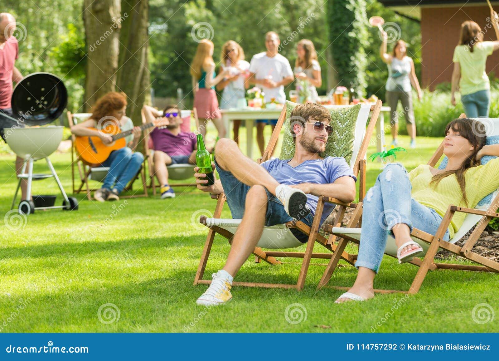 Jonge vrienden die barbecuepicknick hebben