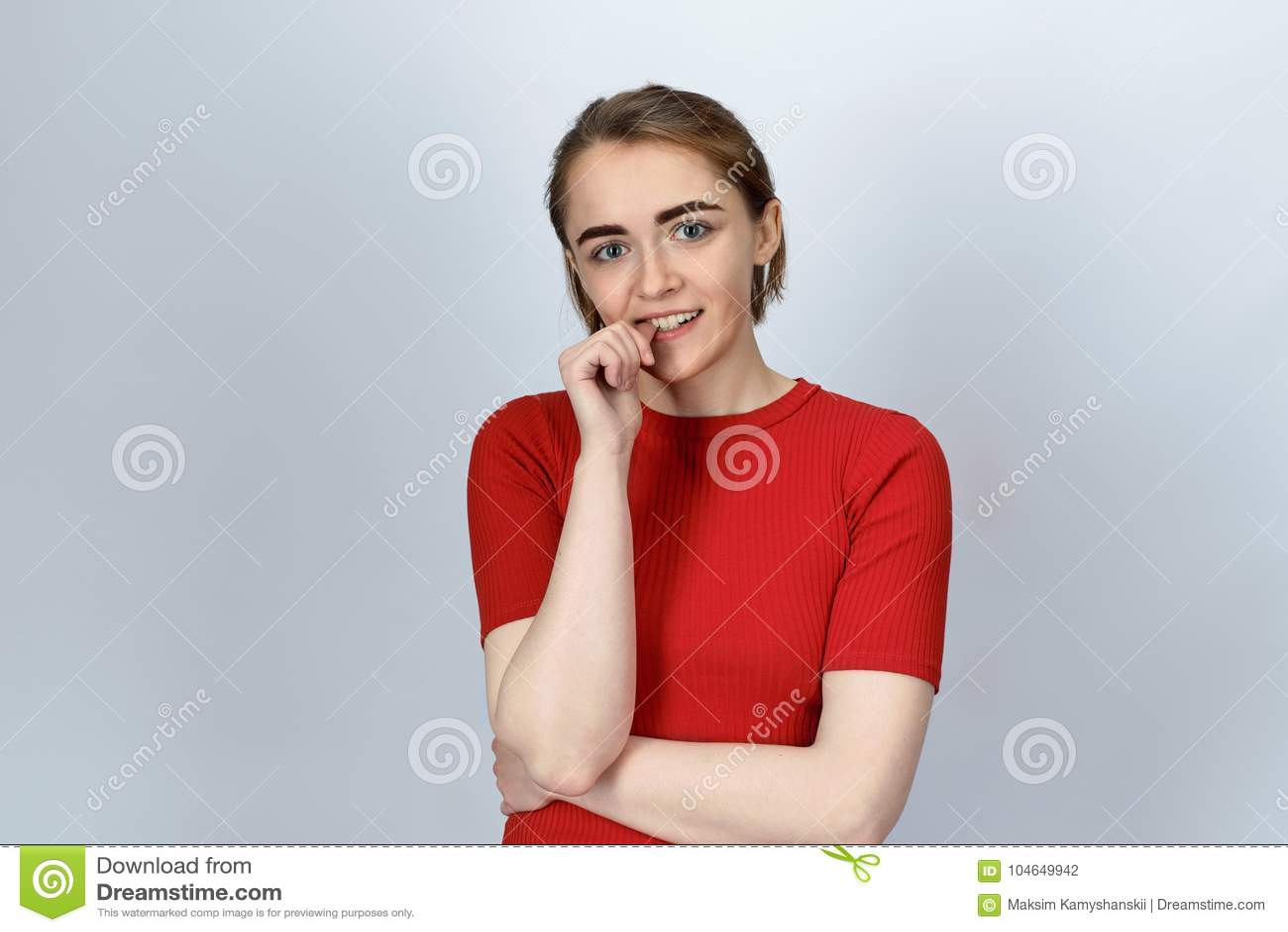 Jonge vriendschappelijke aantrekkelijke vrouw met een kort kapsel en donker Ha