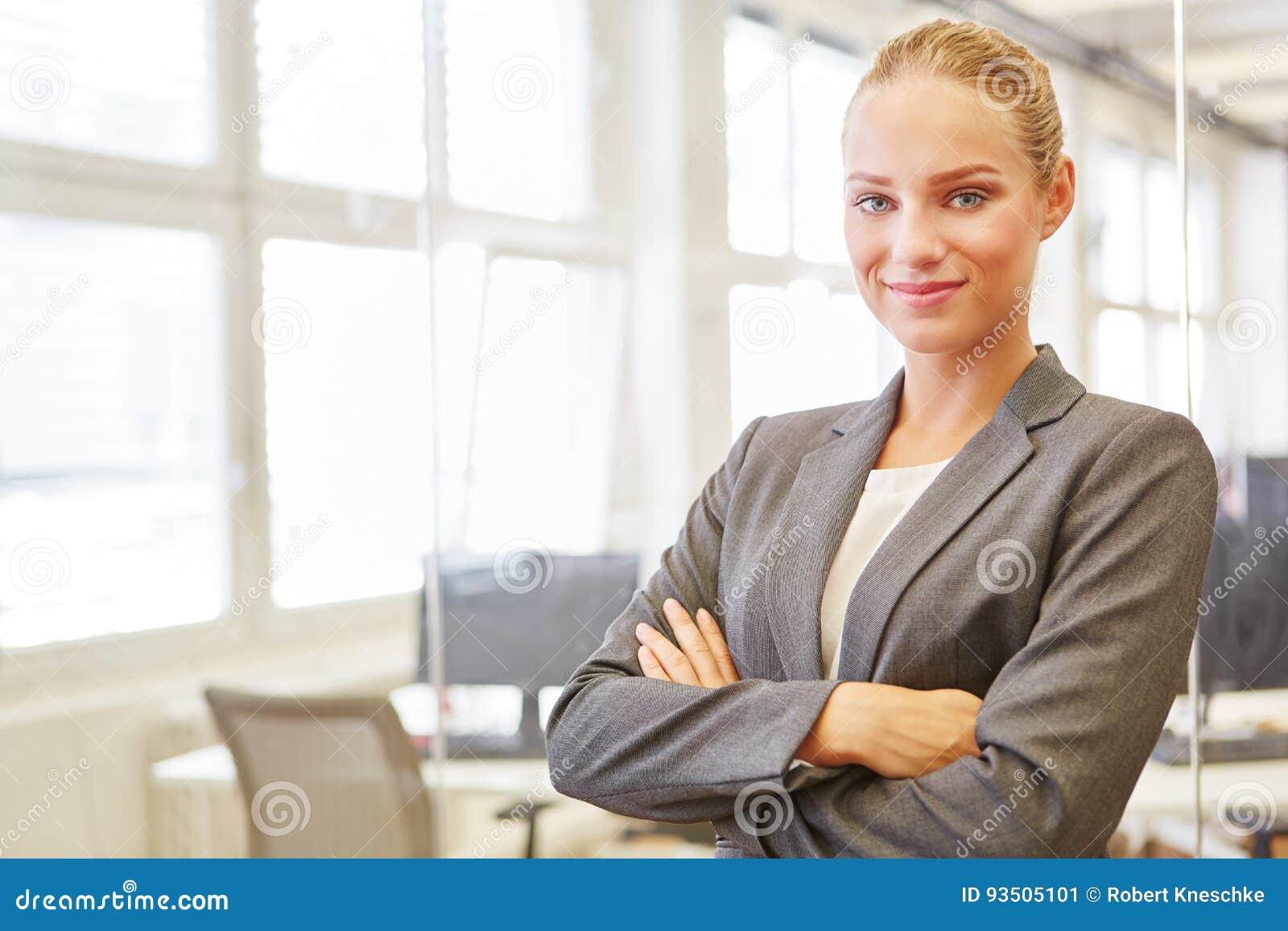 Jonge vrouw als zelf zekere handelsadviseur