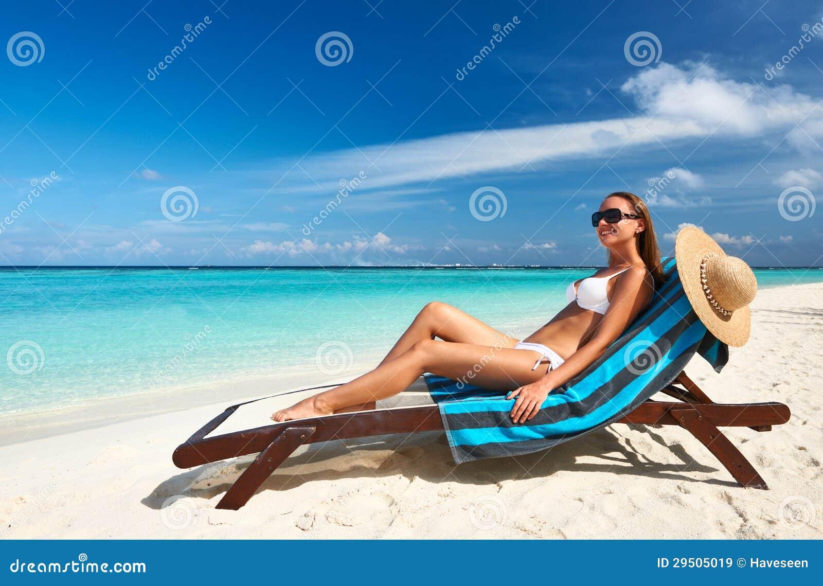Jonge vrouw bij strand