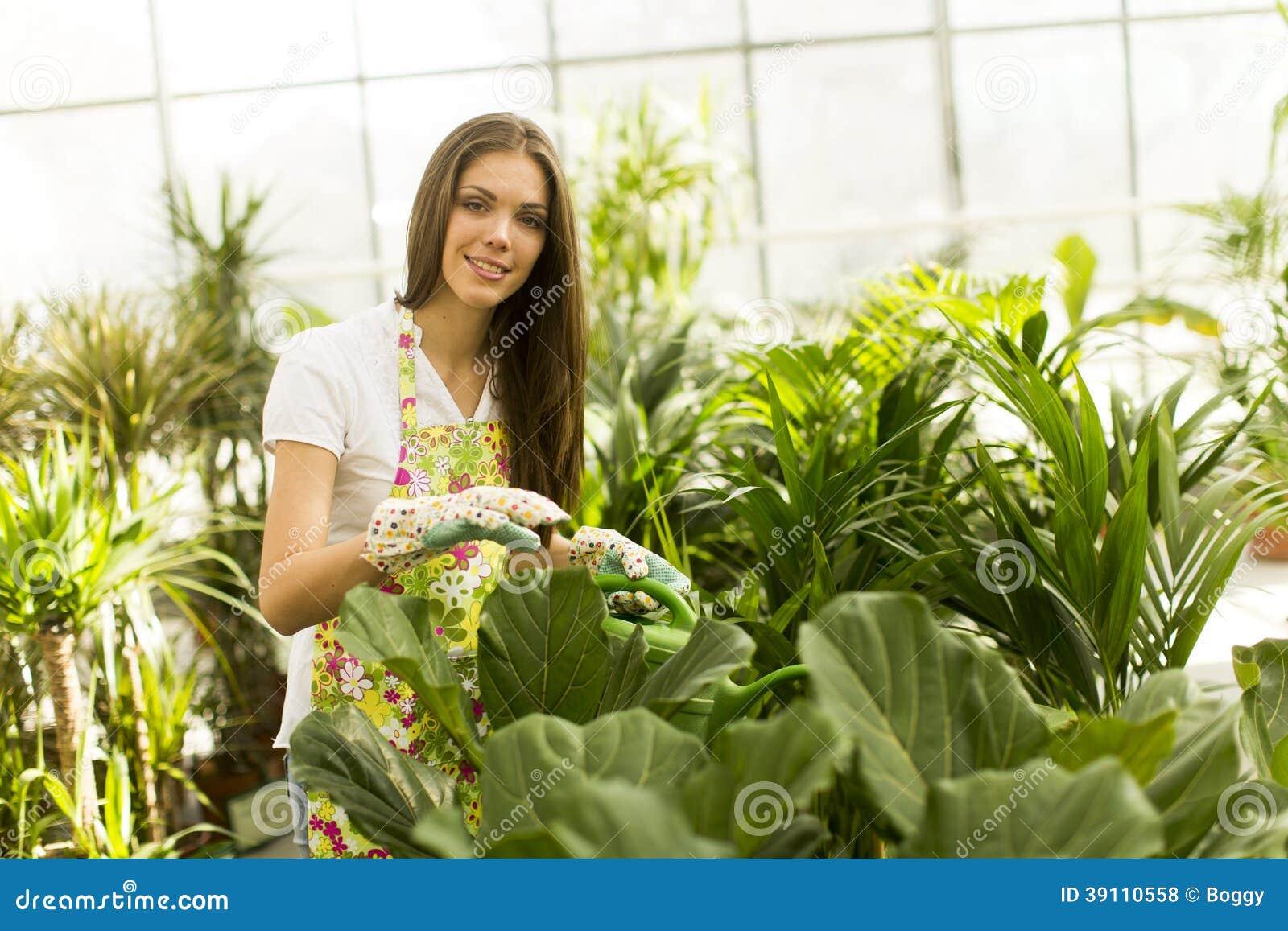 Jonge vrouw in bloemtuin
