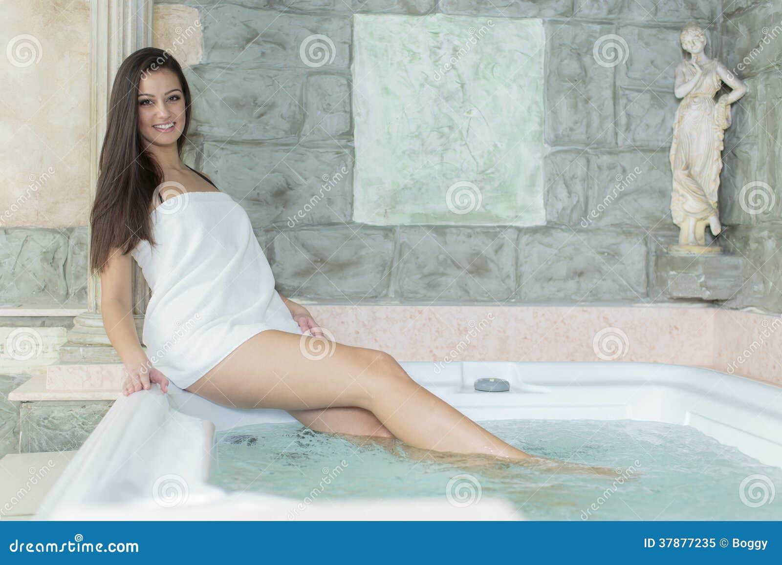 Jonge vrouw in de hete ton
