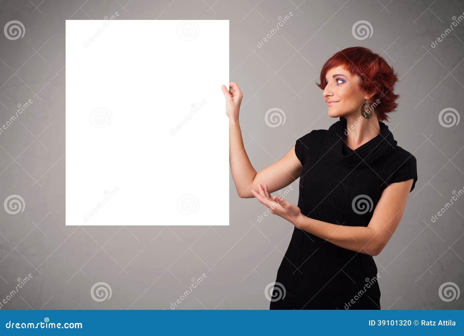 Jonge vrouw die de ruimte van het Witboekexemplaar voorstellen