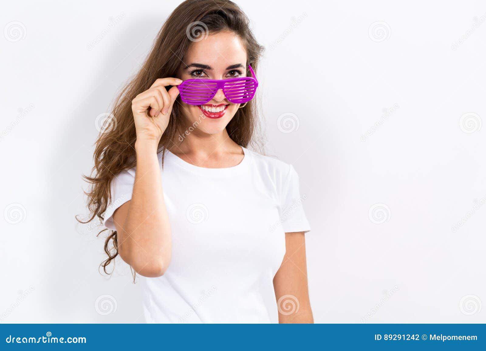 Jonge vrouw die de zonnebril van blindschaduwen dragen